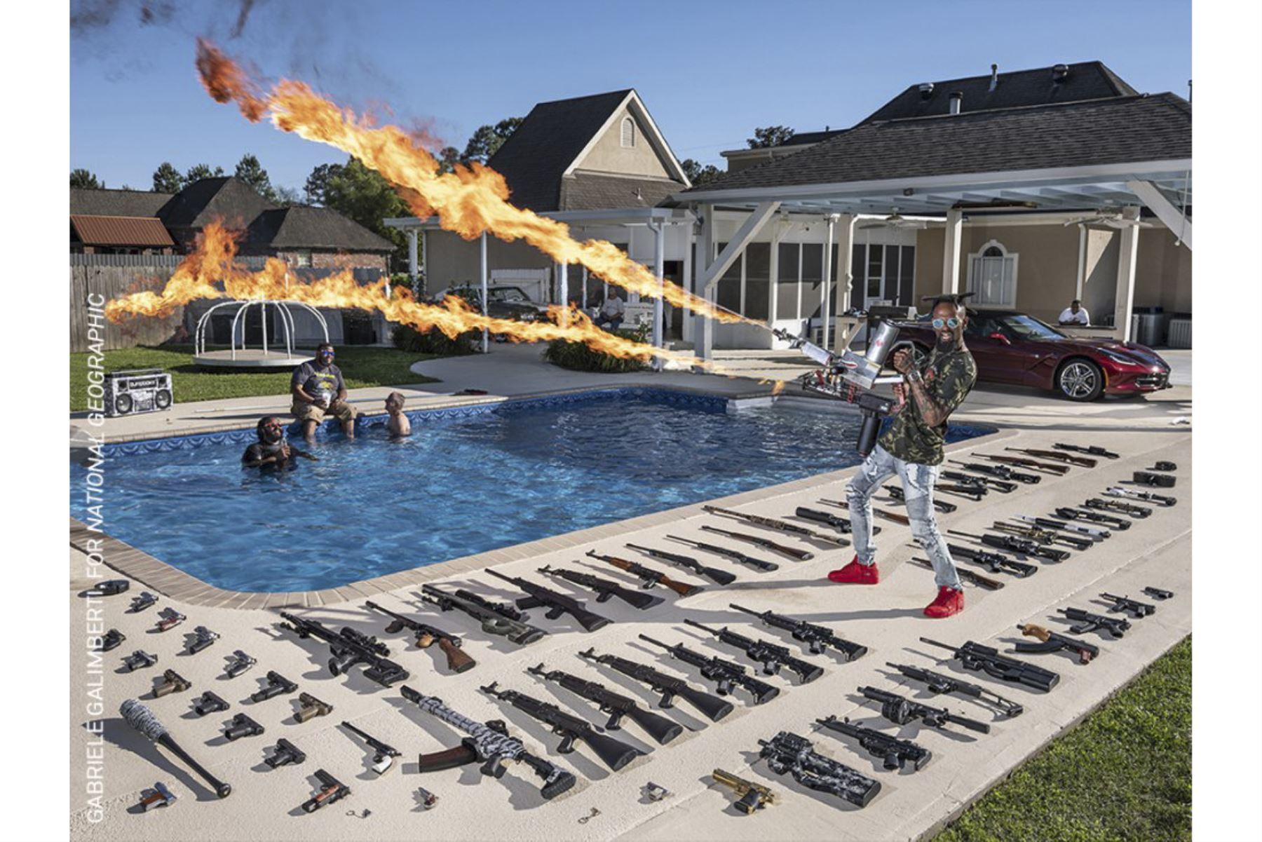 Retratos, serie: The 'Ameriguns'. Torrell Jasper de 35 años utiliza un lanzallamas en el patio trasero de su casa en Schriever, Luisiana, Estados Unidos. Foto: Gabriele Galimberti