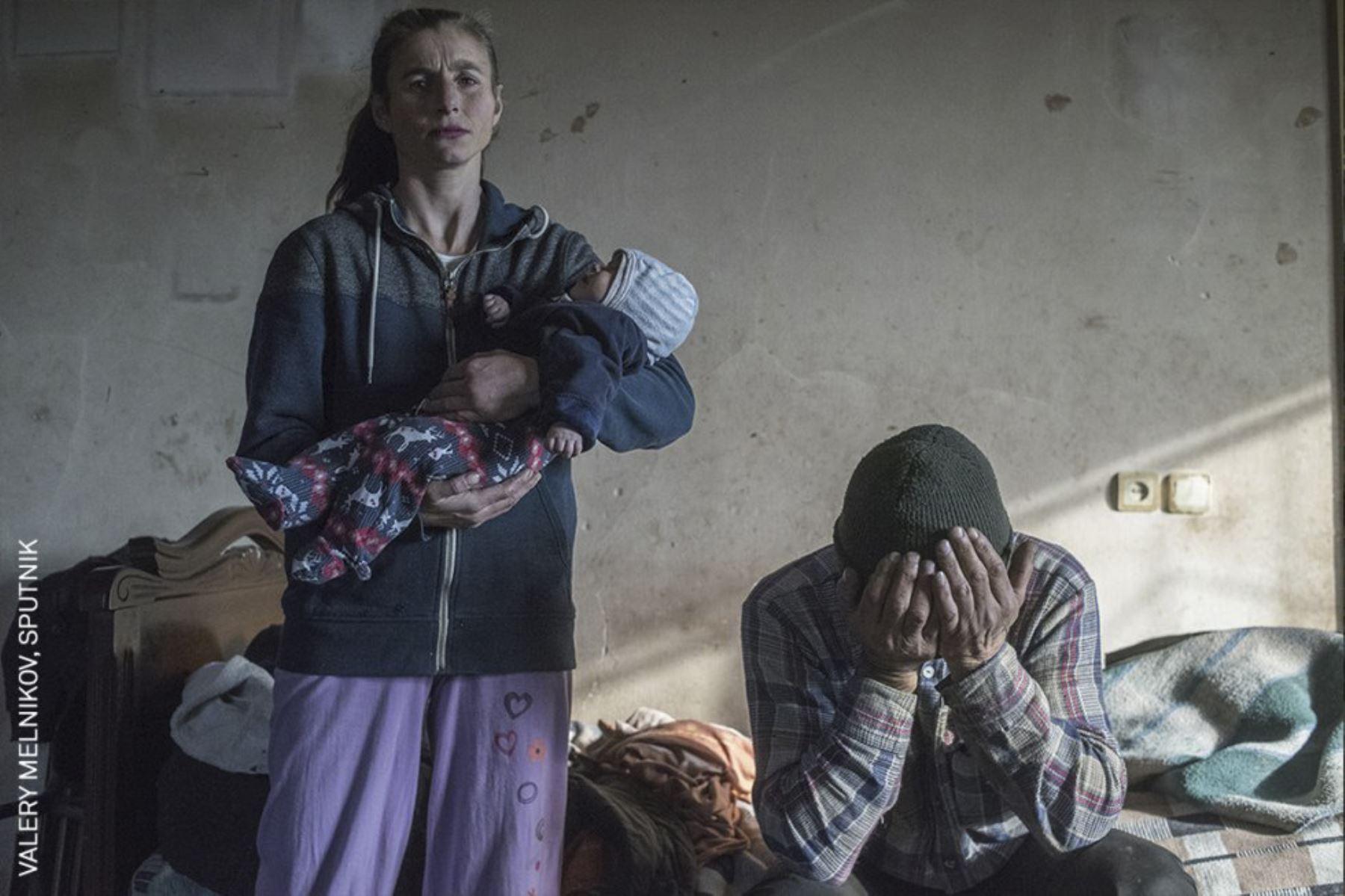 Noticias generales, serie: Paraíso perdido. Azat Gevorkyan y su esposa Anaik son fotografiados antes de salir de su casa en Lachin, Nagorno-Karabaj. Foto: Valery Melnikov