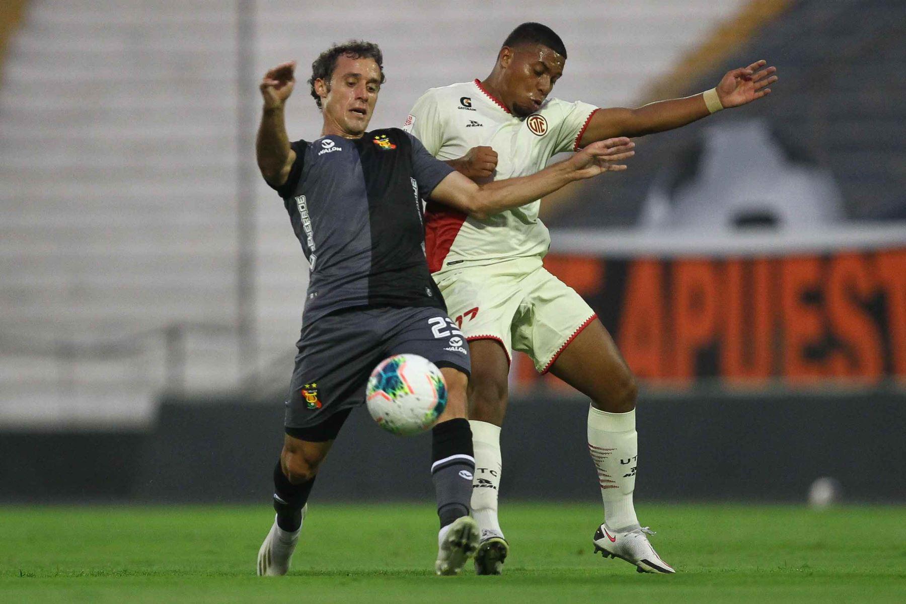 A los 39 minutos UTC Gerardo Gordillo aprovecha un tiro de esquina y marcó de cabeza el primer gol del encuentro, a favor de los cajamarquinos. Foto: Liga 1