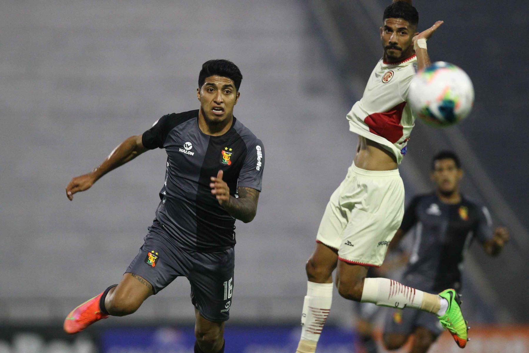 L. Ibérico de Melgar se enfrenta por el balón ante su rival de UTC durante partido por la cuarta fecha de la Liga 1, en el estadio Iván Elías Moreno. Foto: Liga 1