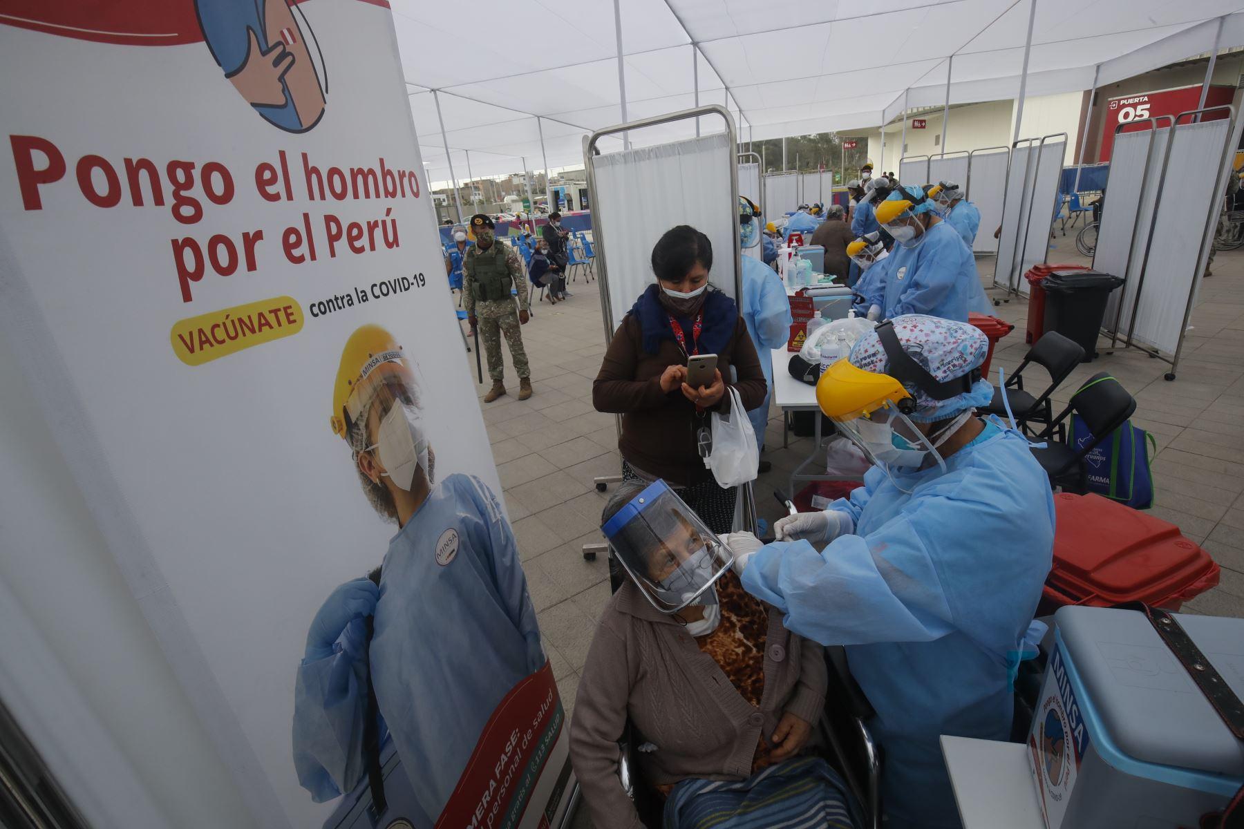 MINSA inicia vacunación en Lima y Callao, son cinco locales donde los adultos mayores a quienes les corresponde vacunarse contra el covid-19 podrán ser llevados en vehículos particulares, taxis o mototaxis. Foto: ANDINA/Juan Carlos Guzmán