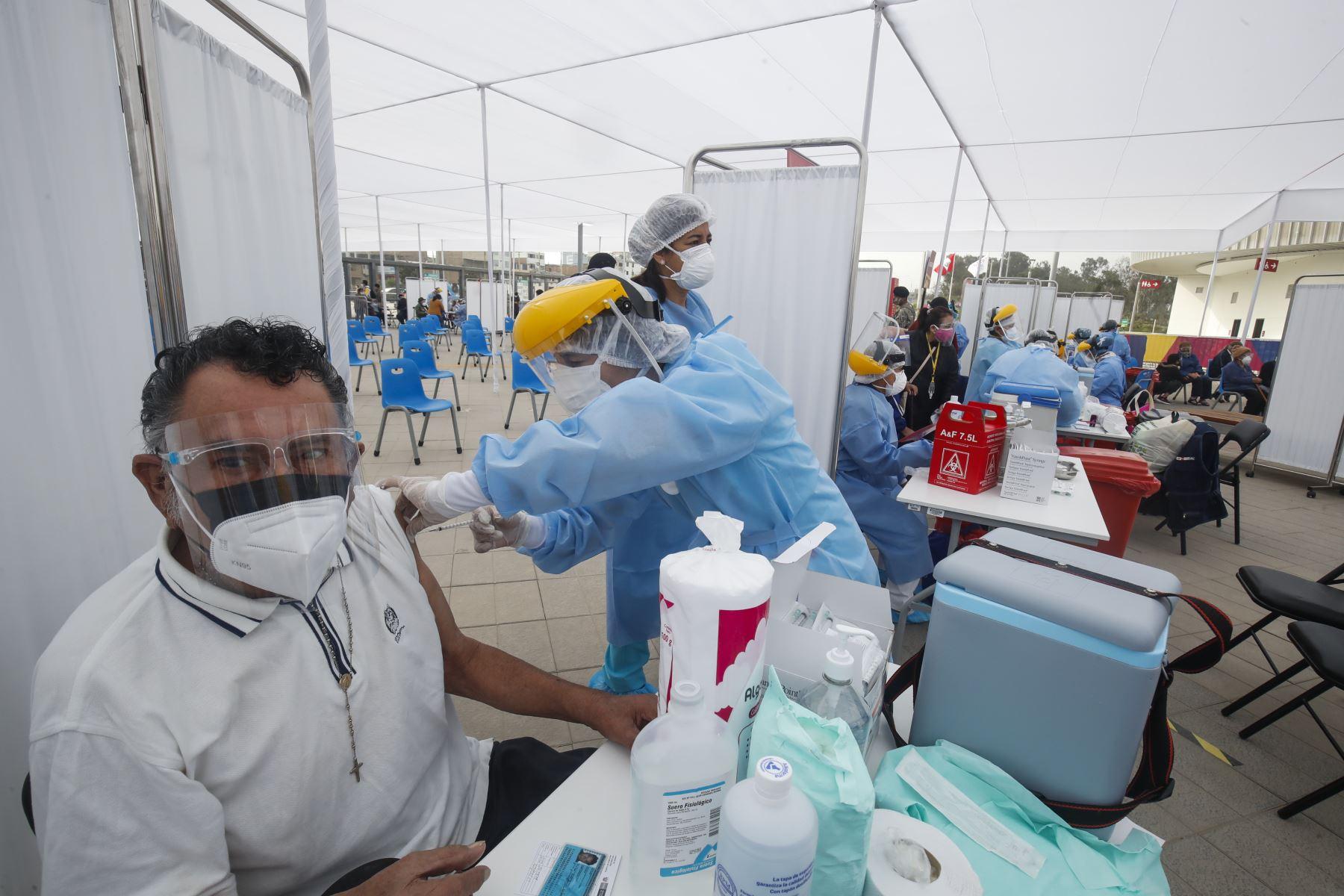 El Gobierno inició hoy la vacunación bajo la nueva estrategia con enfoque territorial que tiene como base de datos el padrón del Reniec. Foto: ANDINA.