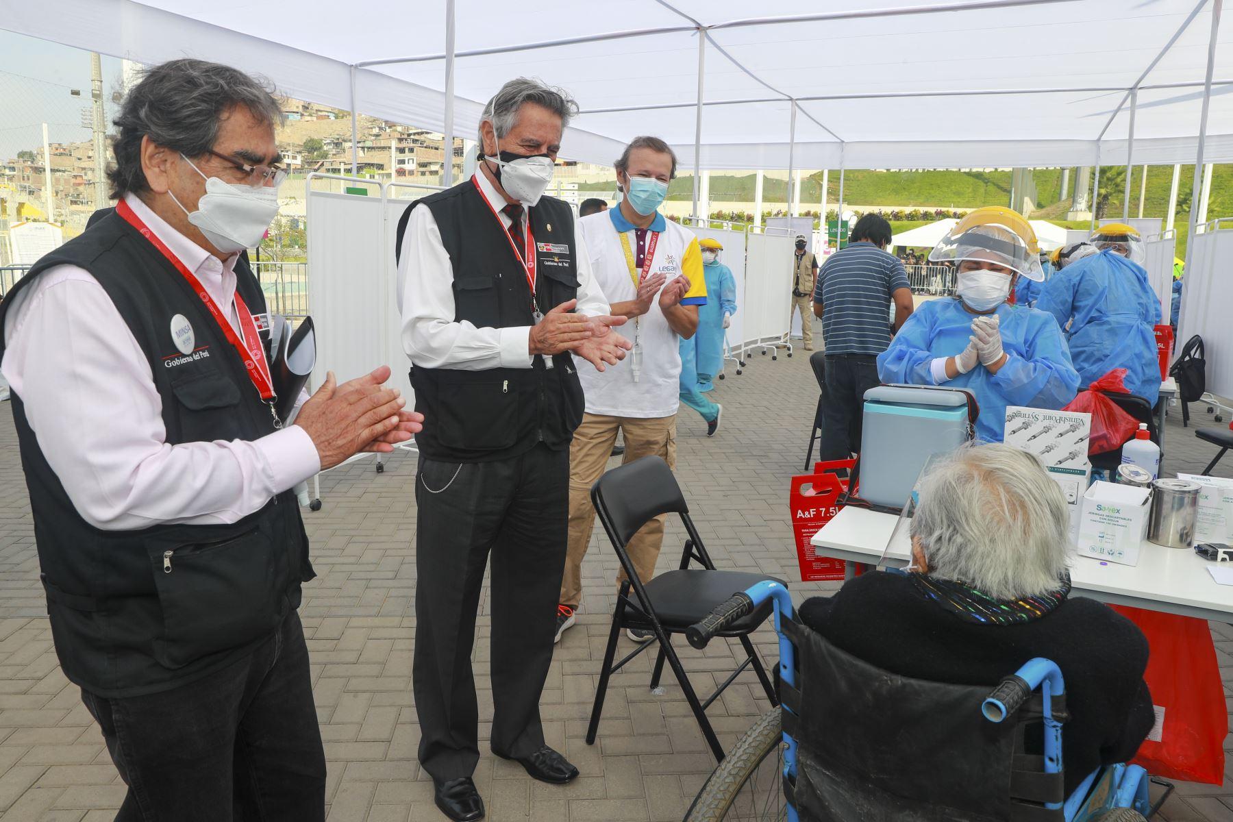 El Presidente de la República, Francisco Sagasti, acompañado del titular del Minsa, Oscar Ugarte y el director ejecutivo del proyecto Legado, Alberto Valenzuela, supervisó el desarrollo de la vacunación de adultos mayores de 80 años en el Complejo Deportivo Andrés Avelino Cáceres. Foto: ANDINA/Presidencia Perú