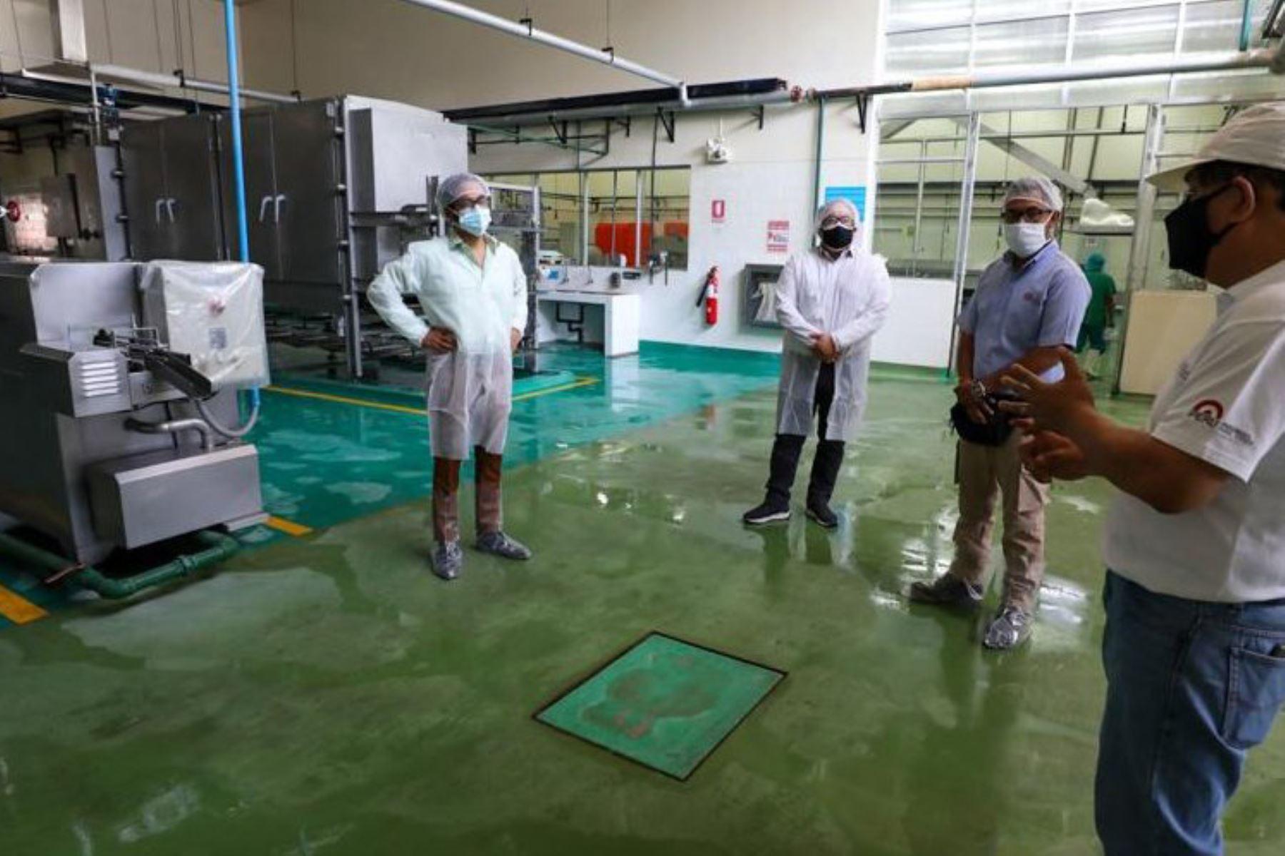 El ministro de la Producción, José Luis Chicoma, supervisa la actualización de equipos del CITE pesquero Callao, modernización que permitirá brindar servicios de mayor calidad en la transferencia tecnológica para el diseño, desarrollo y transformación de productos hidrobiológicos. Foto: Produce