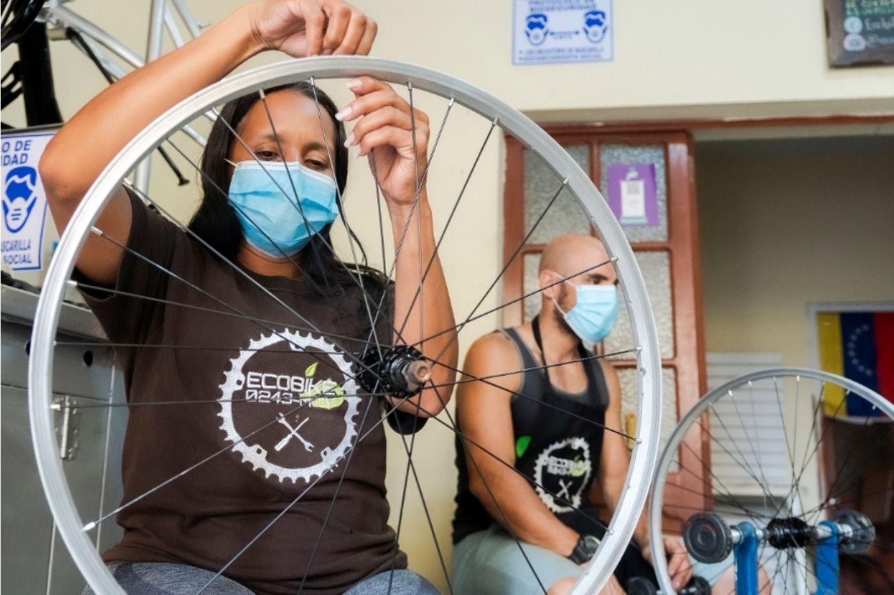 Ciudadanos venezolanos reciben capital semilla para sus emprendimientos gracias a la ONG Save the Children. Foto: ANDINA/difusión.