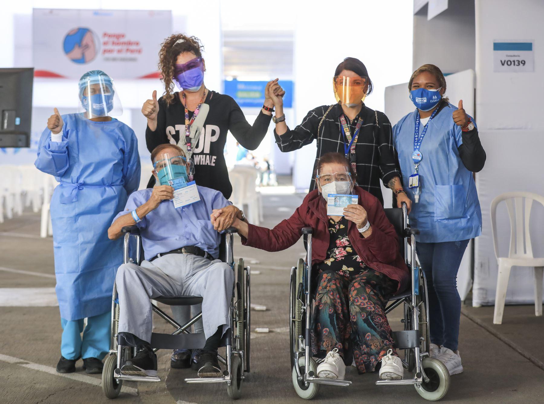 """Essalud continúa con jornada de vacunación a adultos mayores en cinco lugares acondicionados: """"Playa Miller"""", """"Polideportivo de San Borja"""", """"Real Felipe"""", """"Plaza Norte"""" y """"Parque de las Leyendas"""". Foto: ANDINA/Essalud"""