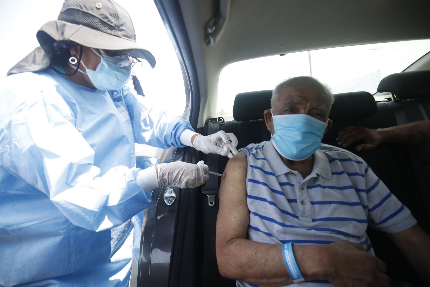 Plan de vacunación masiva contra el nuevo coronavirus en el Parque de Las Leyendas permitirá inmunizar de manera masiva a los adultos mayores de 80 años en 22 distritos. Foto: ANDINA/Juan Carlos Guzmán