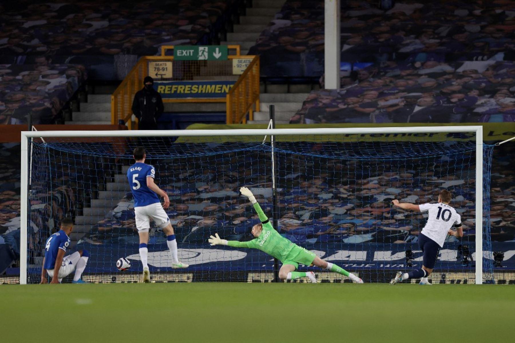 El delantero inglés del Tottenham Hotspur Harry Kane (R) anota el gol de apertura durante el partido de fútbol de la Premier League inglesa entre el Everton y el Tottenham Hotspur en Goodison Park en Liverpool. Foto: AFP