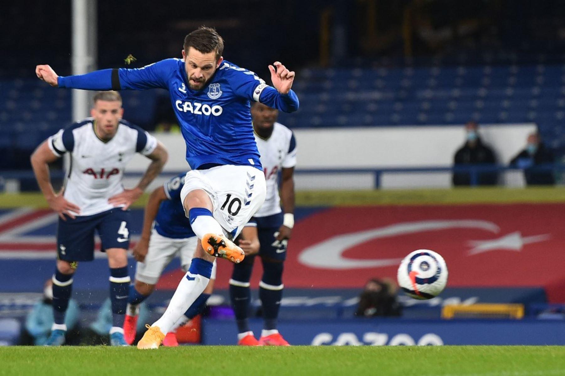 El centrocampista islandés del Everton, Gylfi Sigurdsson, marca el gol del empate desde el punto de penalti durante el partido de fútbol de la Premier League inglesa entre el Everton y el Tottenham Hotspur en Goodison Park en Liverpool, noroeste de Inglaterra. Foto: AFP