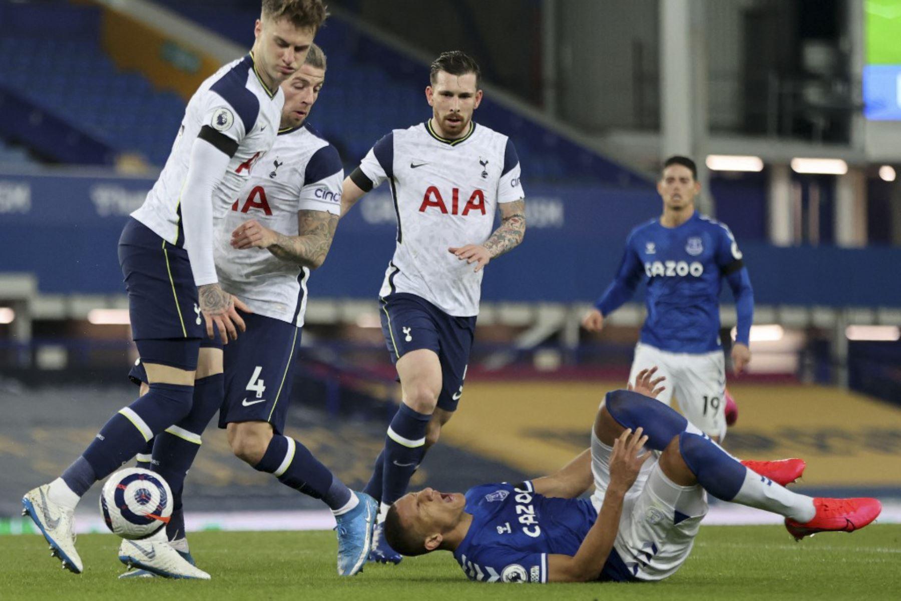 El delantero brasileño del Everton Richarlison (R) reacciona después de chocar con el defensor belga del Tottenham Hotspur Toby Alderweireld (2L) durante el partido de fútbol de la Premier League inglesa entre el Everton y el Tottenham Hotspur en Goodison Park en Liverpool. Foto: AFP