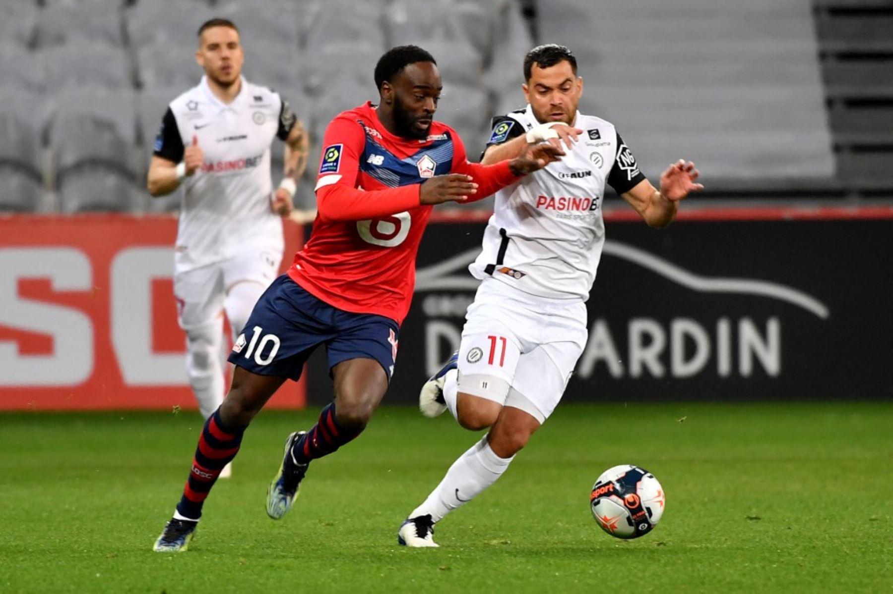 El mediocampista francés de Lille Jonathan Ikone (L) lucha por el balón con el centrocampista de Montpellier Teji Savanier durante el partido de fútbol francés L1 entre Lille LOSC y Montpellier Herault SC. Foto: AFP