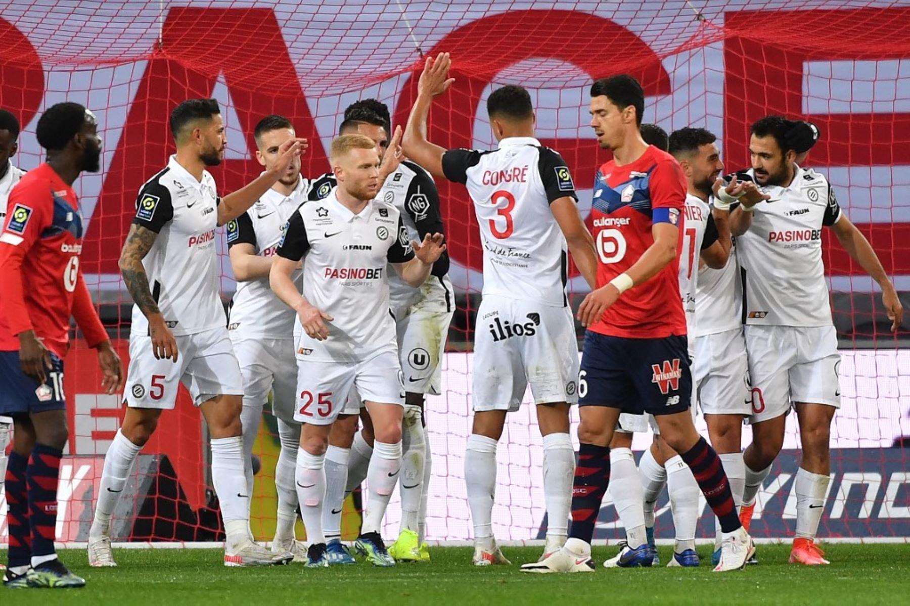 Los jugadores de Montpellier celebran tras anotar durante el partido de fútbol francés L1 entre Lille LOSC y Montpellier Herault SC en el estadio Pierre-Mauroy en Villeneuve-d