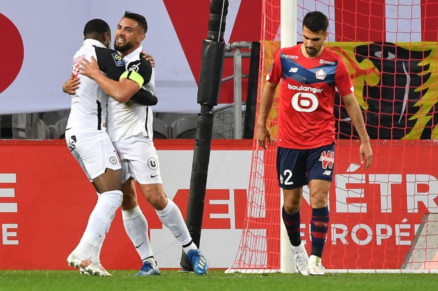 El delantero argelino de Montpellier Andy Delort (C) celebra con el delantero inglés de Montpellier Stephy Mavididi (L) después de anotar durante el partido de fútbol francés L1 entre Lille LOSC y Montpellier Herault SC en el estadio Pierre-Mauroy en Villeneuve-d