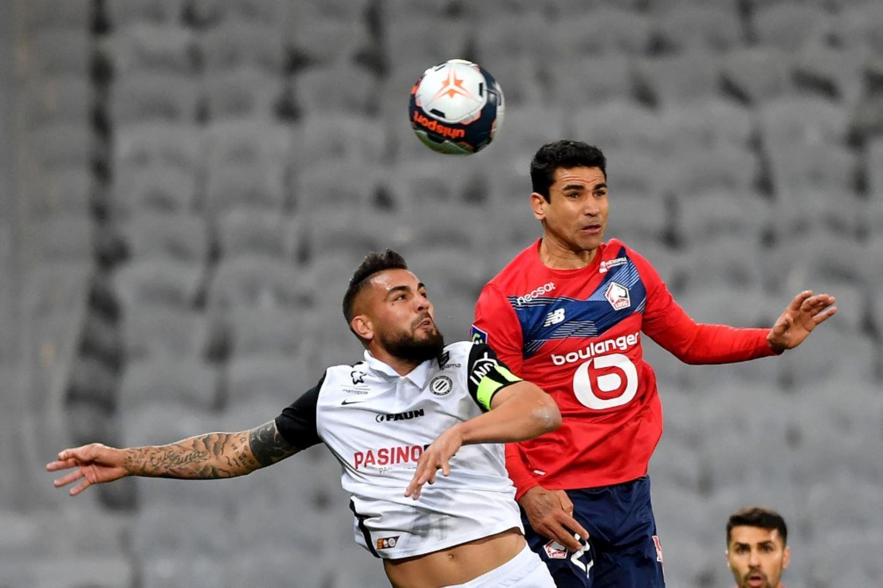 El delantero argelino de Montpellier Andy Delort (L) encabeza el balón con el centrocampista francés del Lille Benjamin Andre durante el partido de fútbol francés L1 entre Lille LOSC y Montpellier Herault SC en el estadio Pierre-Mauroy en Villeneuve-d