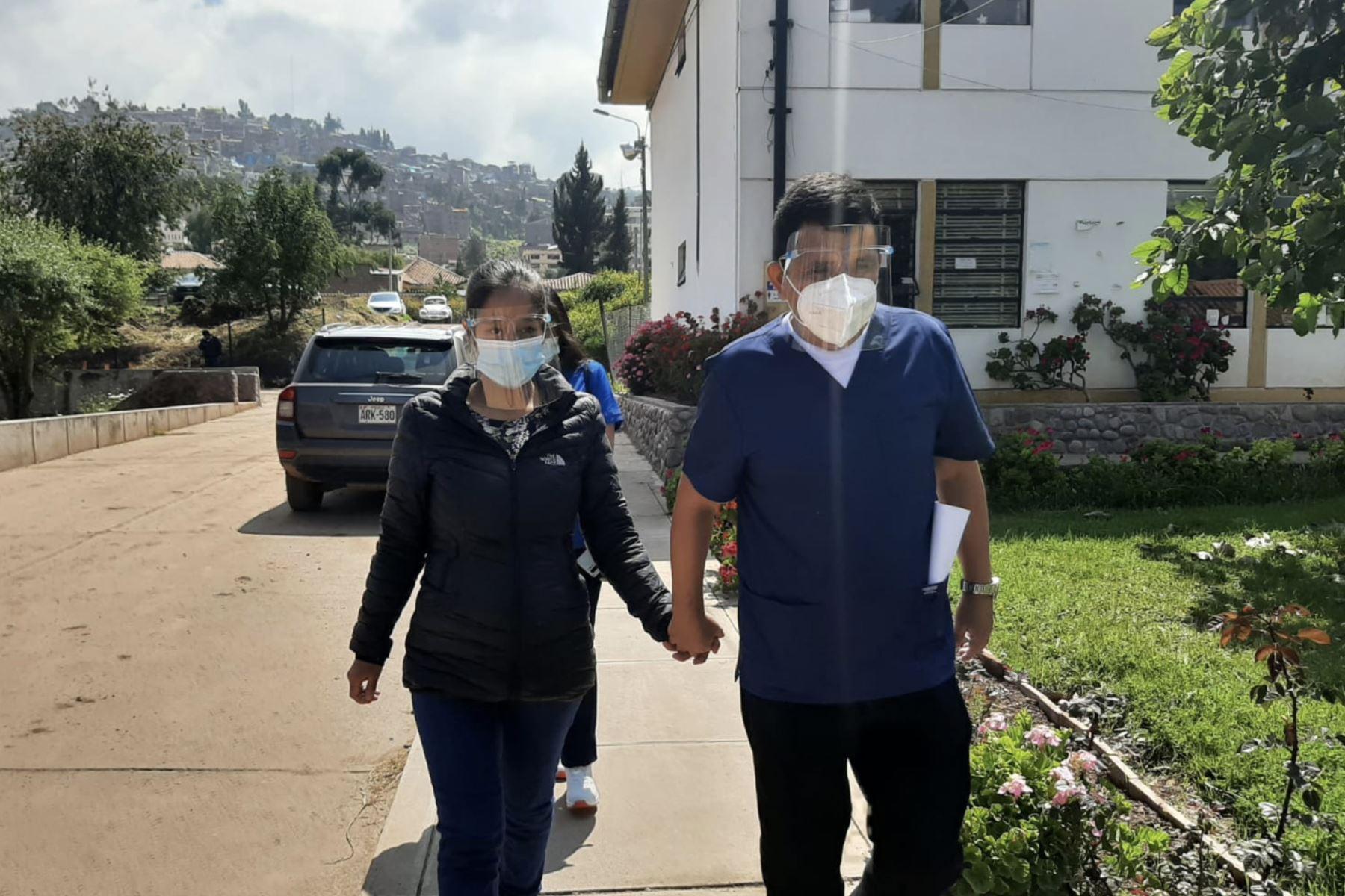 El médico Enrique Arana García (44) visitó el Hospital Regional del Cusco tras haberse recuperado del covid-19. Foto: ANDINA/Cortesía Percy Hurtado