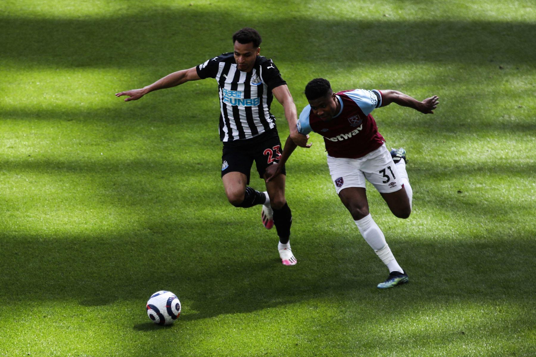 El centrocampista inglés del Newcastle United Jacob Murphy lucha por el balón con el defensor inglés del West Ham United Ben Johnson durante el partido de fútbol de la Premier League inglesa entre el Newcastle United y el West Ham United. Foto: AFP