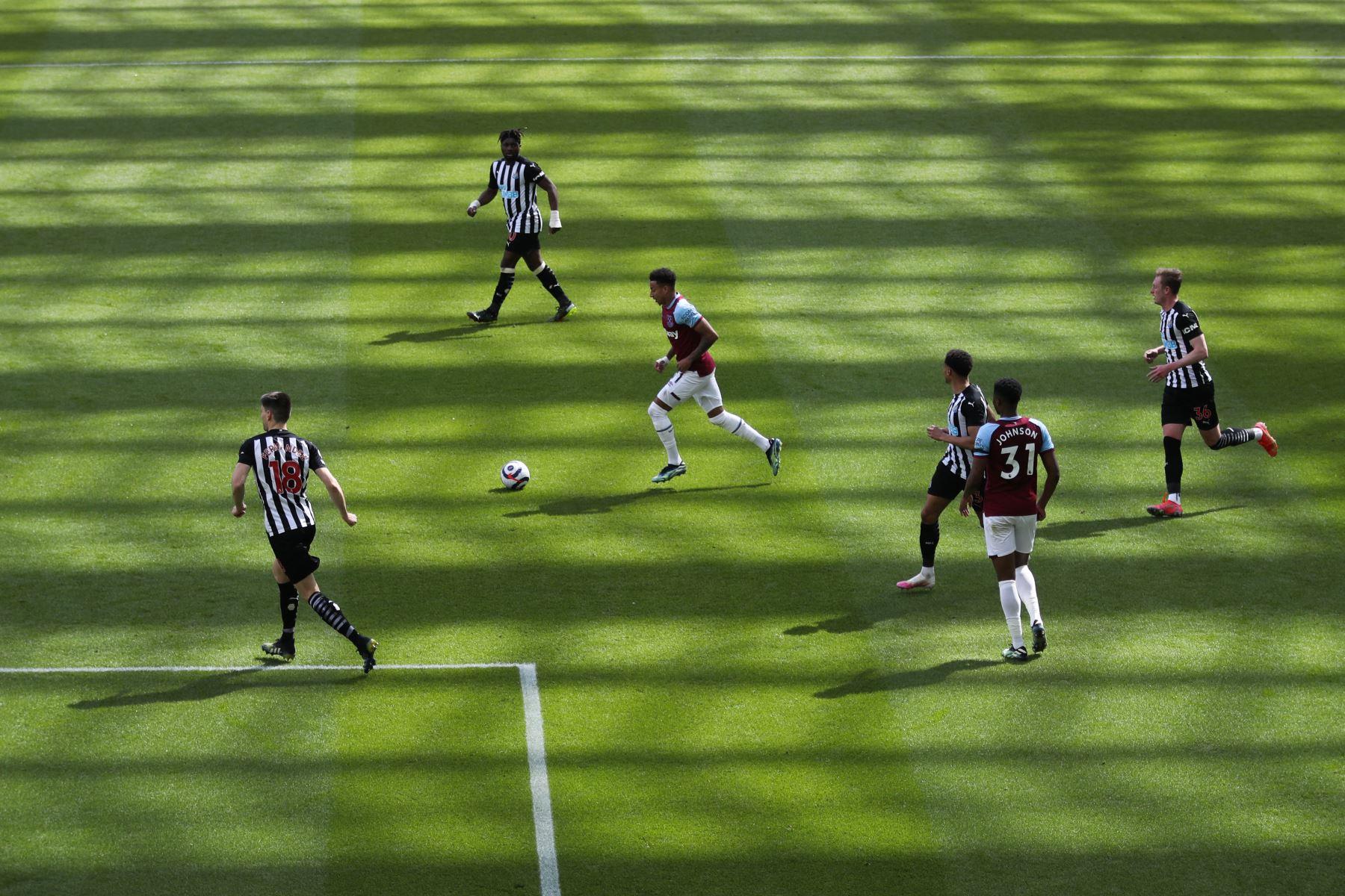El centrocampista inglés del West Ham United Jesse Lingard controla el balón durante el partido de fútbol de la Premier League inglesa entre el Newcastle United y el West Ham United. Foto: AFP
