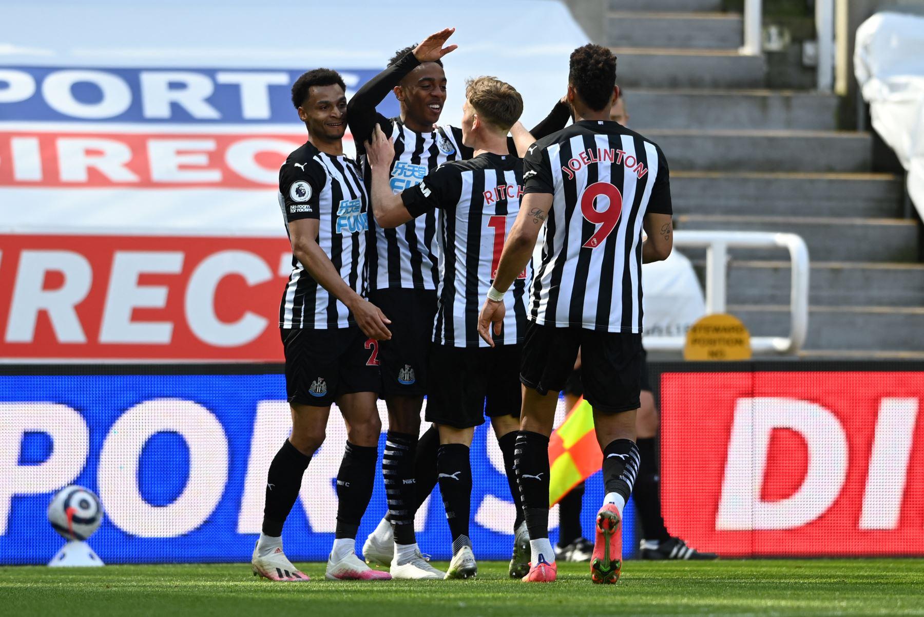 El centrocampista inglés del Newcastle United Joe Willock celebra con sus compañeros de equipo después de marcar un gol durante el partido de fútbol de la Premier League inglesa entre Newcastle United y West Ham United. Foto: AFP