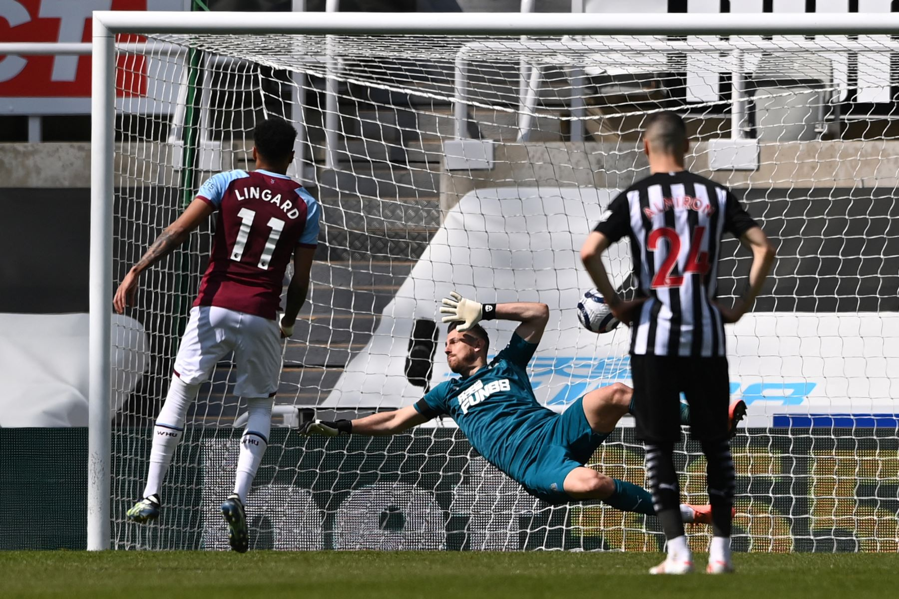 El centrocampista inglés del West Ham United Jesse Lingard  anota un penalti durante el partido de fútbol de la Premier League inglesa entre Newcastle United y West Ham United. Foto: AFP