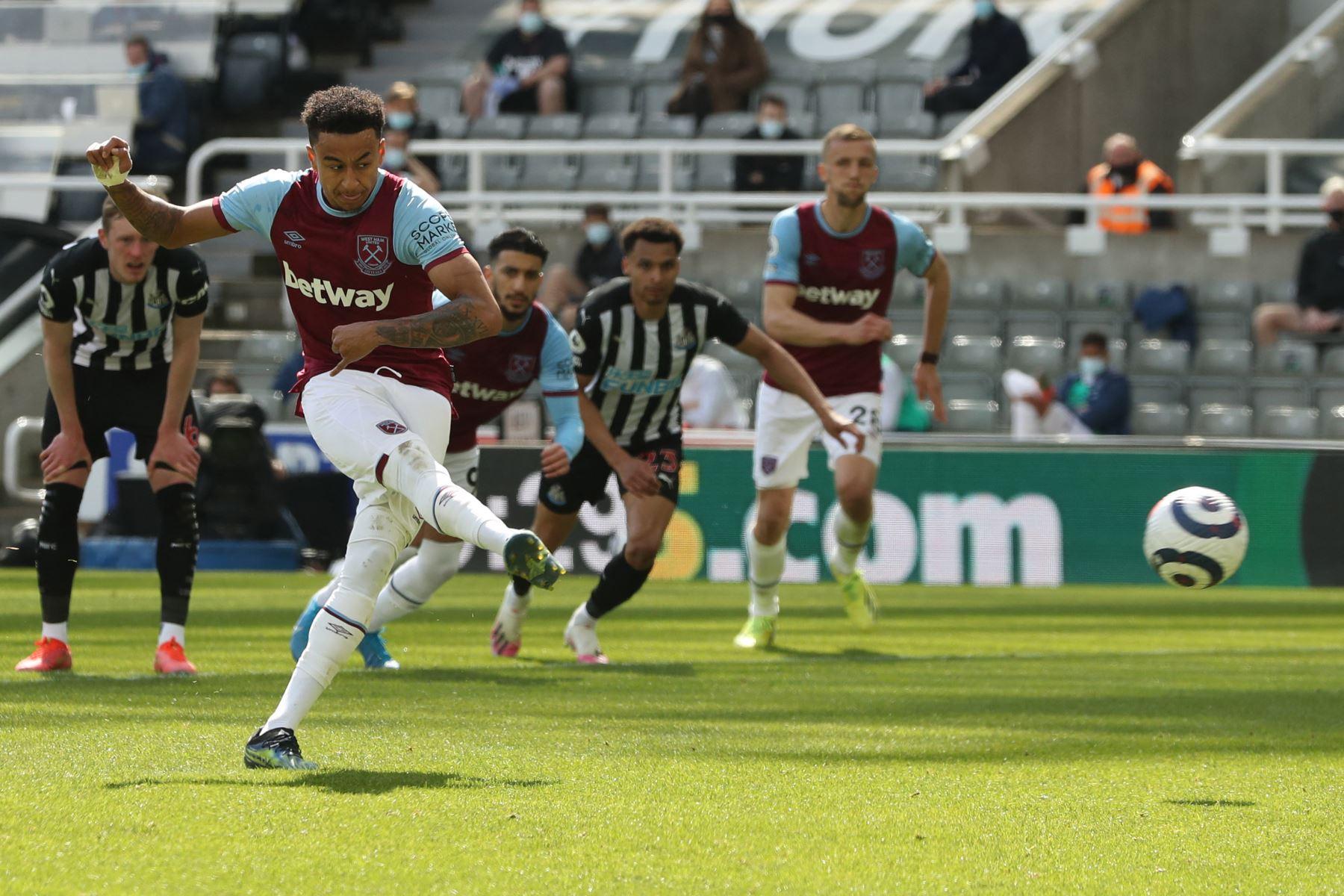El centrocampista inglés del West Ham United, Jesse Lingard, anota un penalti durante el partido de fútbol de la Premier League inglesa entre el Newcastle United y el West Ham United. Foto : AFP