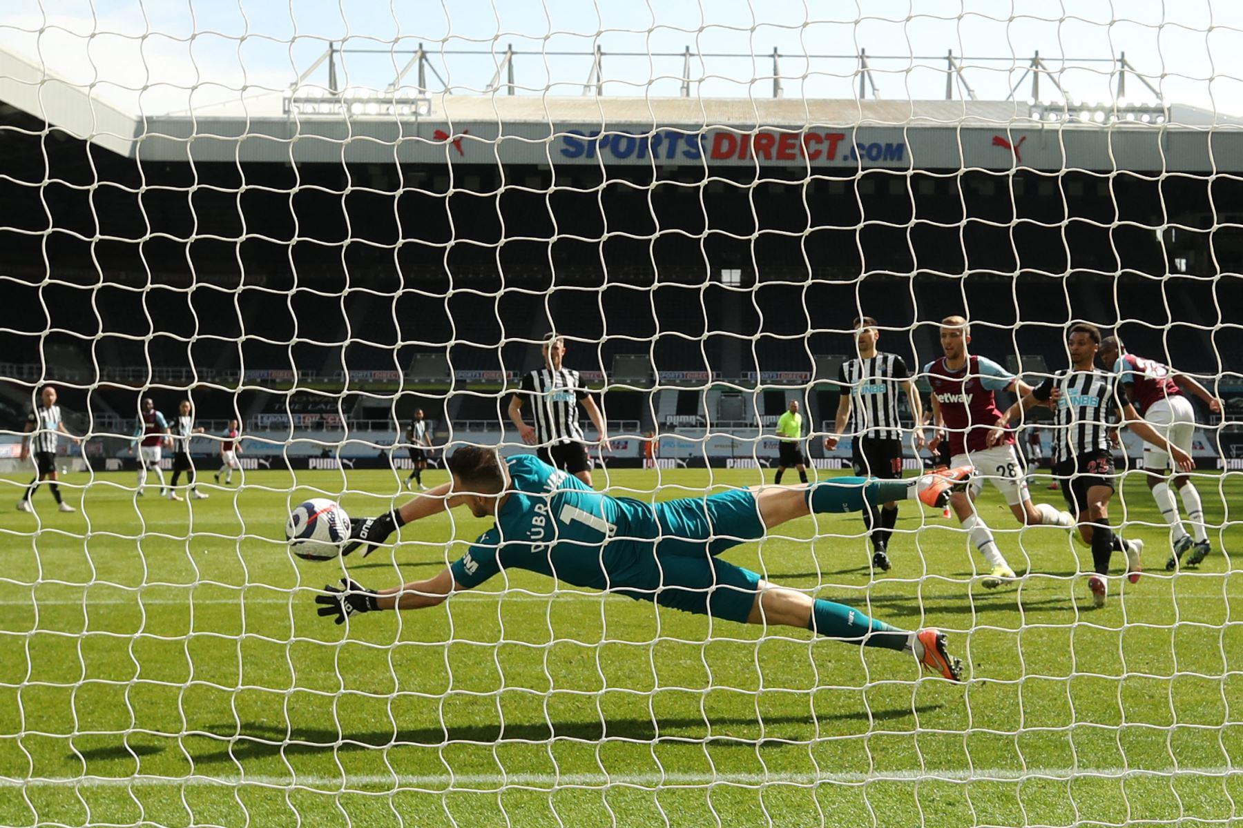 El defensor francés del West Ham United Issa Diop dispara y marca un gol durante el partido de fútbol de la Premier League inglesa entre el Newcastle United y el West Ham United. Foto: AFP