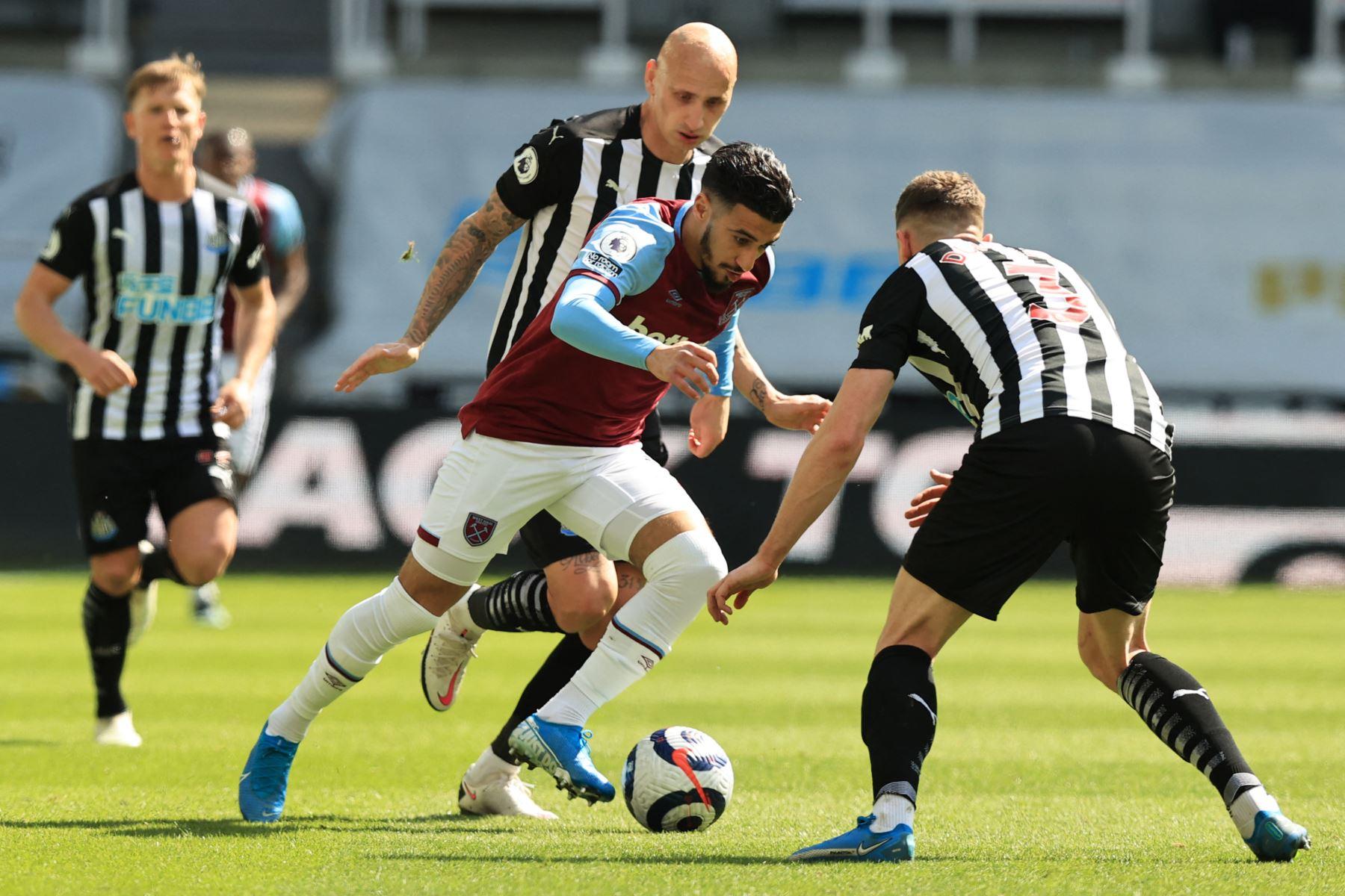 El centrocampista argelino del West Ham United, Said Benrahma , pelea por el balón con el defensor galés del Newcastle United Paul Dummett, durante el partido de fútbol de la Premier League inglesa entre Newcastle United y West Ham United. Foto: AFP