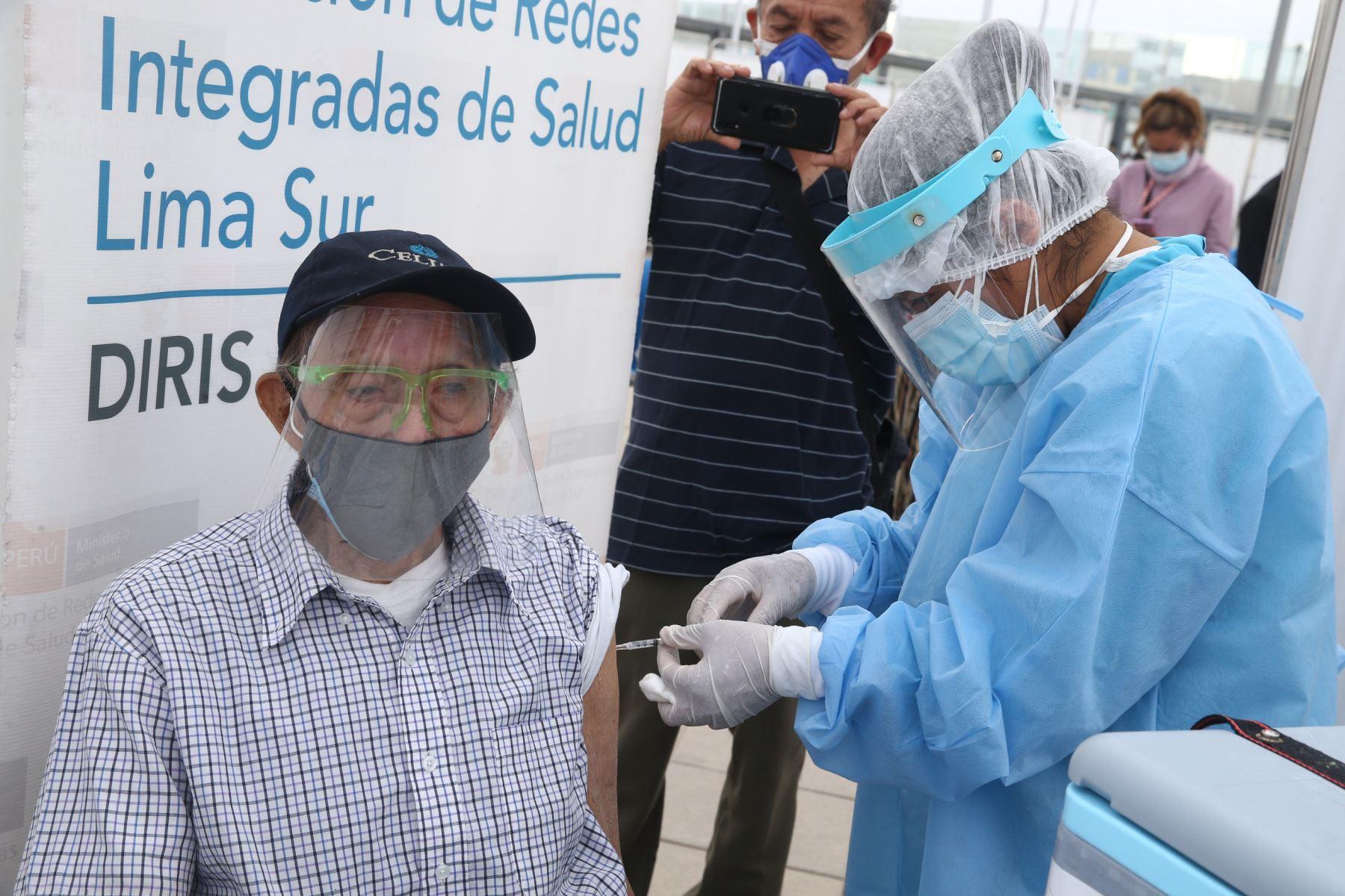 El Ministerio de Salud inicia vacunación contra el covid- 19 en el Polideportivo de Villa El Salvador, donde los adultos mayores de dicho distrito podrán ser llevados en autos particulares, taxis o mototaxis para ser inmunizados. Foto: ANDINA / Vidal Tarqui