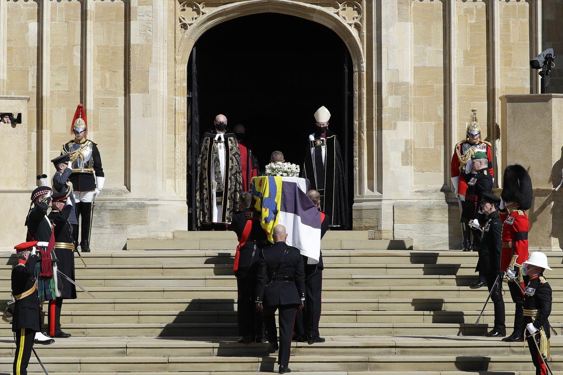 Los portadores del féretro de los Royal Marines llevan el ataúd a la Capilla de San Jorge durante la procesión fúnebre ceremonial del príncipe Felipe de Gran Bretaña, duque de Edimburgo en el Castillo de Windsor. Foto: AFP