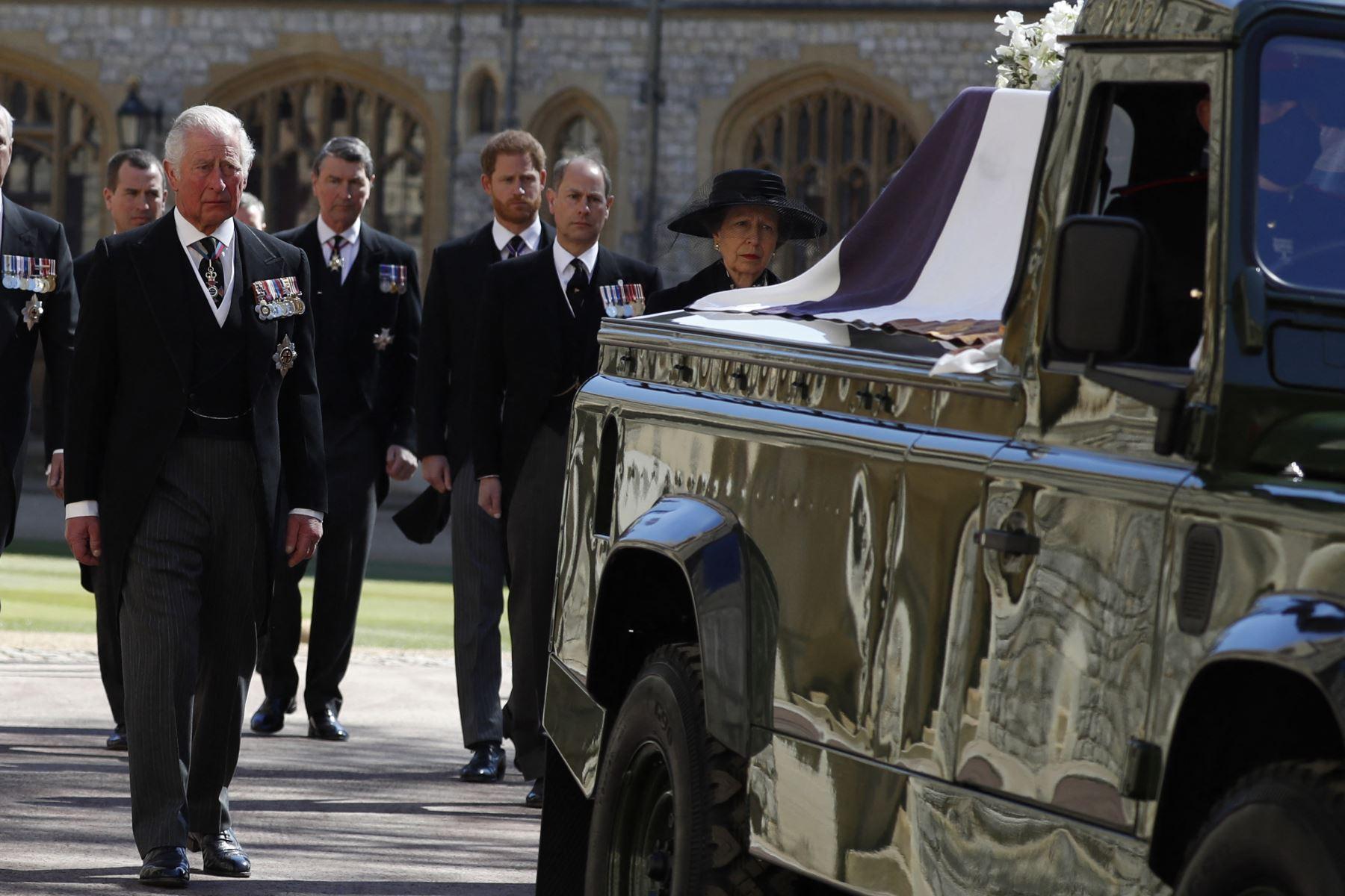 El Príncipe Carlos de Gran Bretaña, Príncipe de Gales sigue el ataúd durante la procesión ceremonial del funeral del Príncipe Felipe de Gran Bretaña, Duque de Edimburgo a la Capilla de San Jorge en el Castillo de Windsor. Foto: AFP