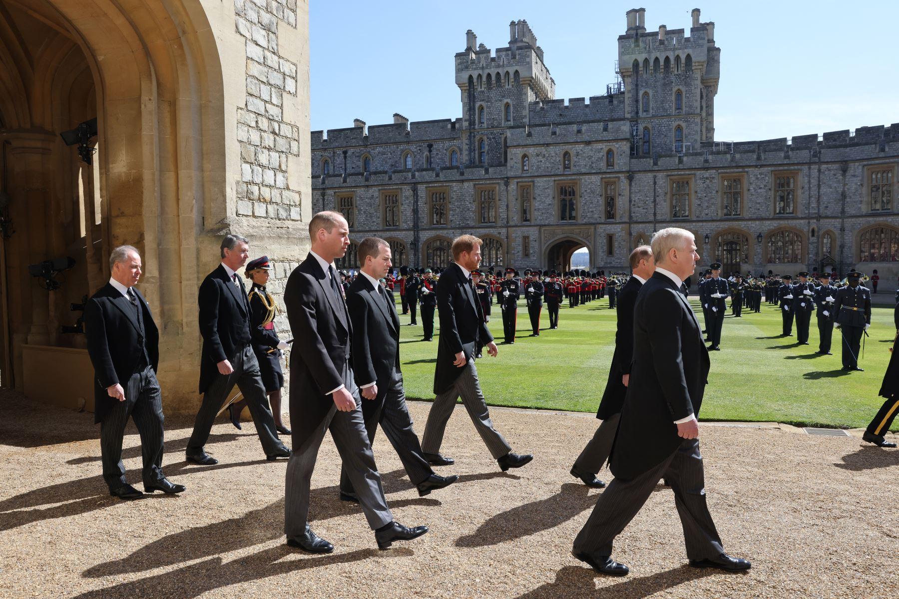 El príncipe Andrés de Gran Bretaña, el duque de York (desde la derecha), el príncipe Eduardo de Gran Bretaña, el conde de Wessex, el príncipe Guillermo de Gran Bretaña, el duque de Cambridge, Peter Phillips, el príncipe Harry de Gran Bretaña, el duque de Sussex, el conde de Snowdon de Gran Bretaña y el vicealmirante Timothy Laurence marchan detrás el ataúd durante la ceremonia fúnebre del príncipe Felipe de Gran Bretaña. Foto: AFP