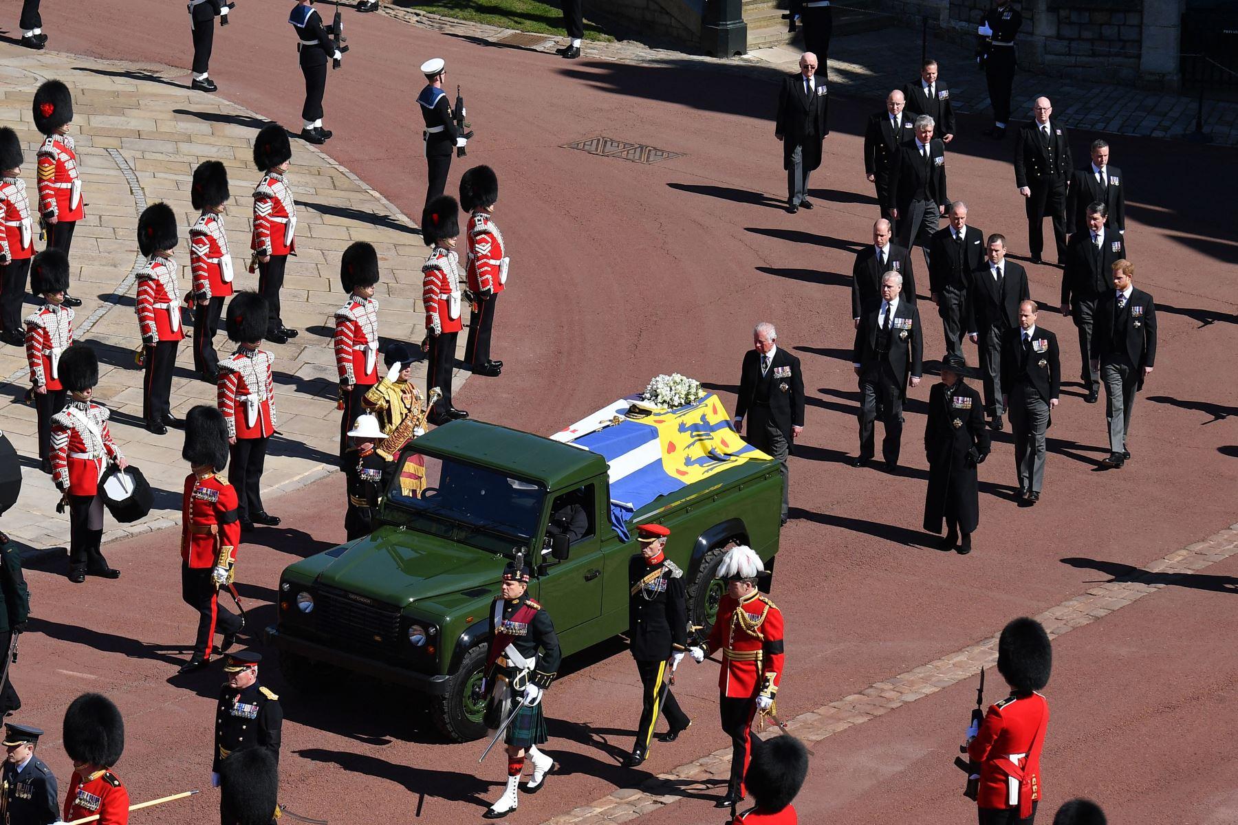 Los miembros de la familia real marchan detrás del ataúd durante la procesión del funeral ceremonial del príncipe Felipe de Gran Bretaña, duque de Edimburgo, hasta la capilla de San Jorge en el castillo de Windsor. Foto: AFP