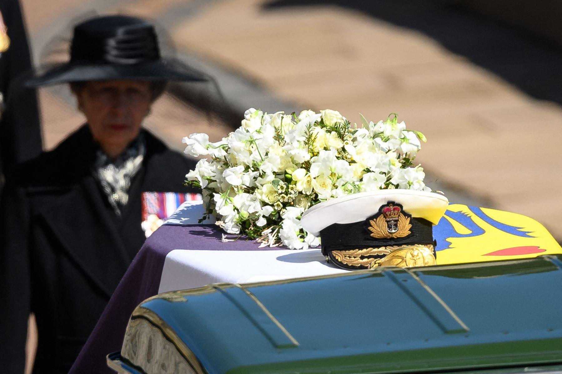 La Princesa Ana de Gran Bretaña, Princesa Real, sigue el ataúd durante la procesión ceremonial del Príncipe Felipe, Duque de Edimburgo, hasta la Capilla de San Jorge en el Castillo de Windsor en Windsor, al oeste de Londres. Foto: AFP