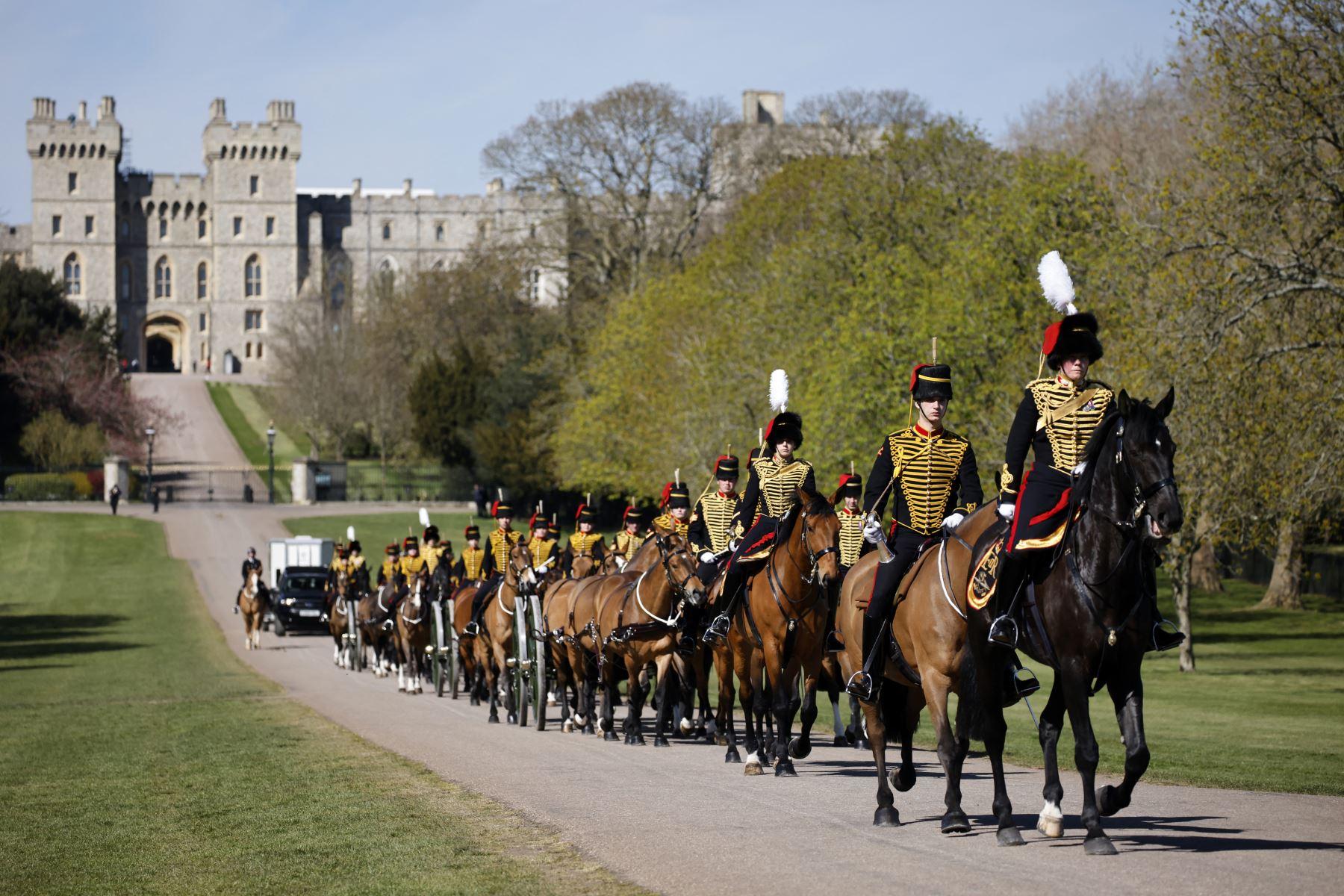 Los miembros de la artillería a caballo real de la tropa del rey suben por el Long Walk lejos del Castillo de Windsor después de asistir al funeral del príncipe Felipe de Gran Bretaña, duque de Edimburgo, en la Capilla de San Jorge en el Castillo de Windsor. Foto: AFP