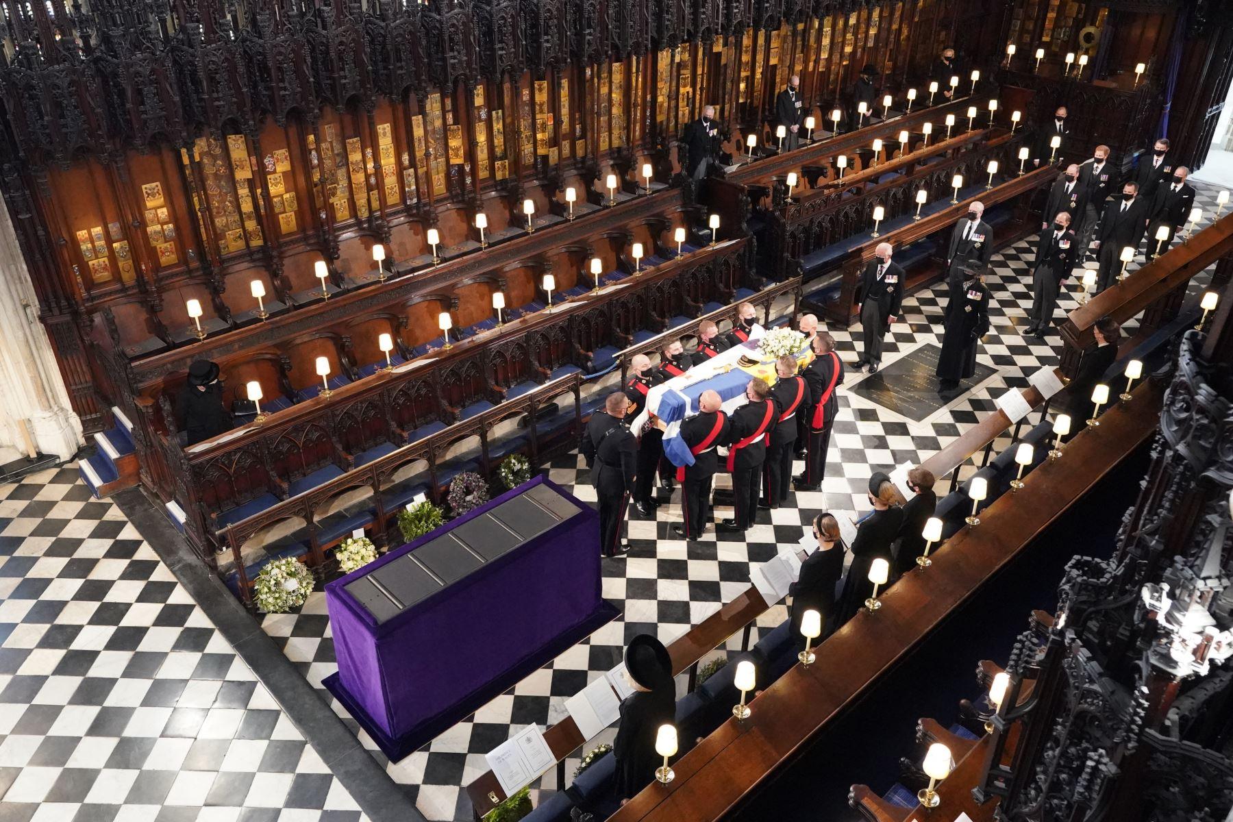 La reina Isabel II observa cómo los portadores del féretro llevan el ataúd del príncipe Felipe de Gran Bretaña, duque de Edimburgo, durante su funeral dentro de la Capilla de San Jorge en el Castillo de Windsor. Foto: AFP