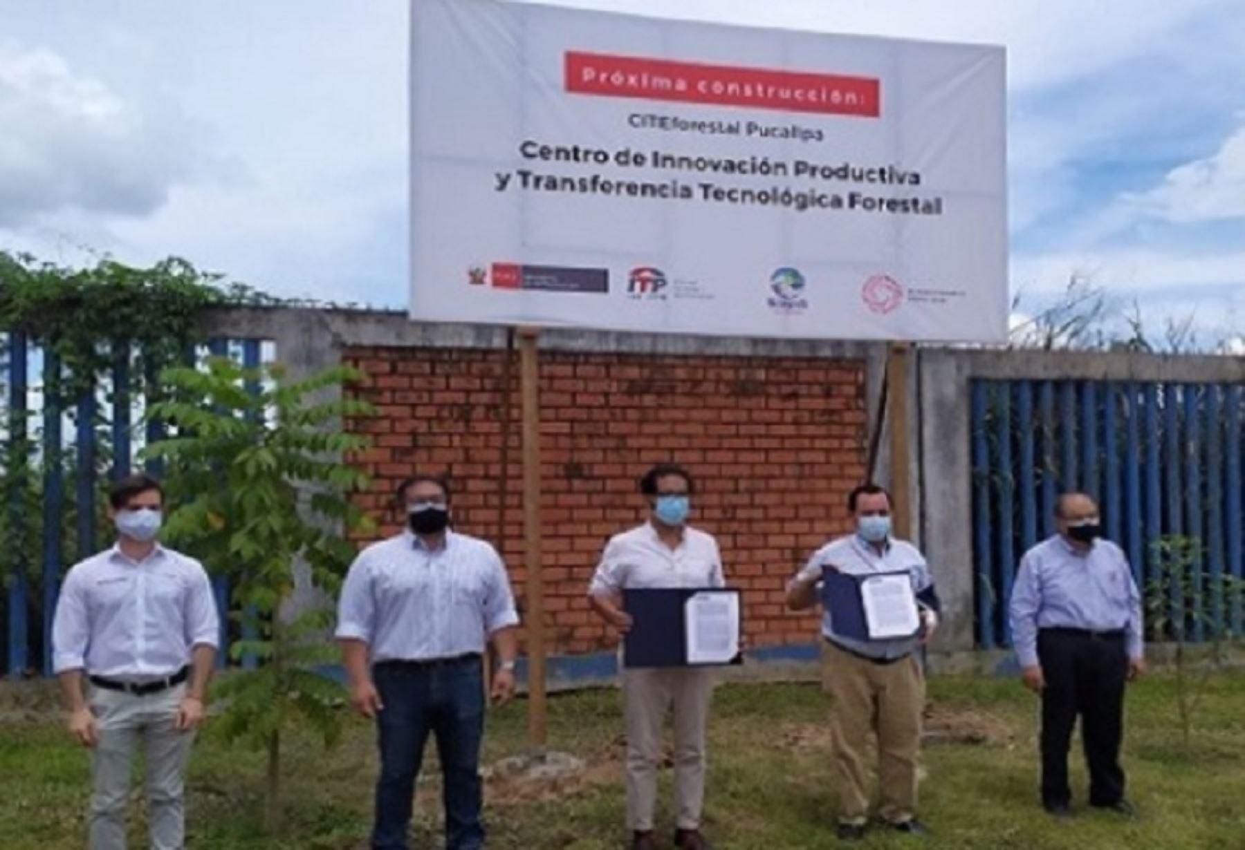 El ministro de la Producción, José Luis Chicoma y el Director Ejecutivo del ITP, Sergio Rodríguez participaron en la entrega simbólica a nombre del Ministerio de Educación del predio para la construcción del nuevo y moderno CITE Forestal Pucallpa.