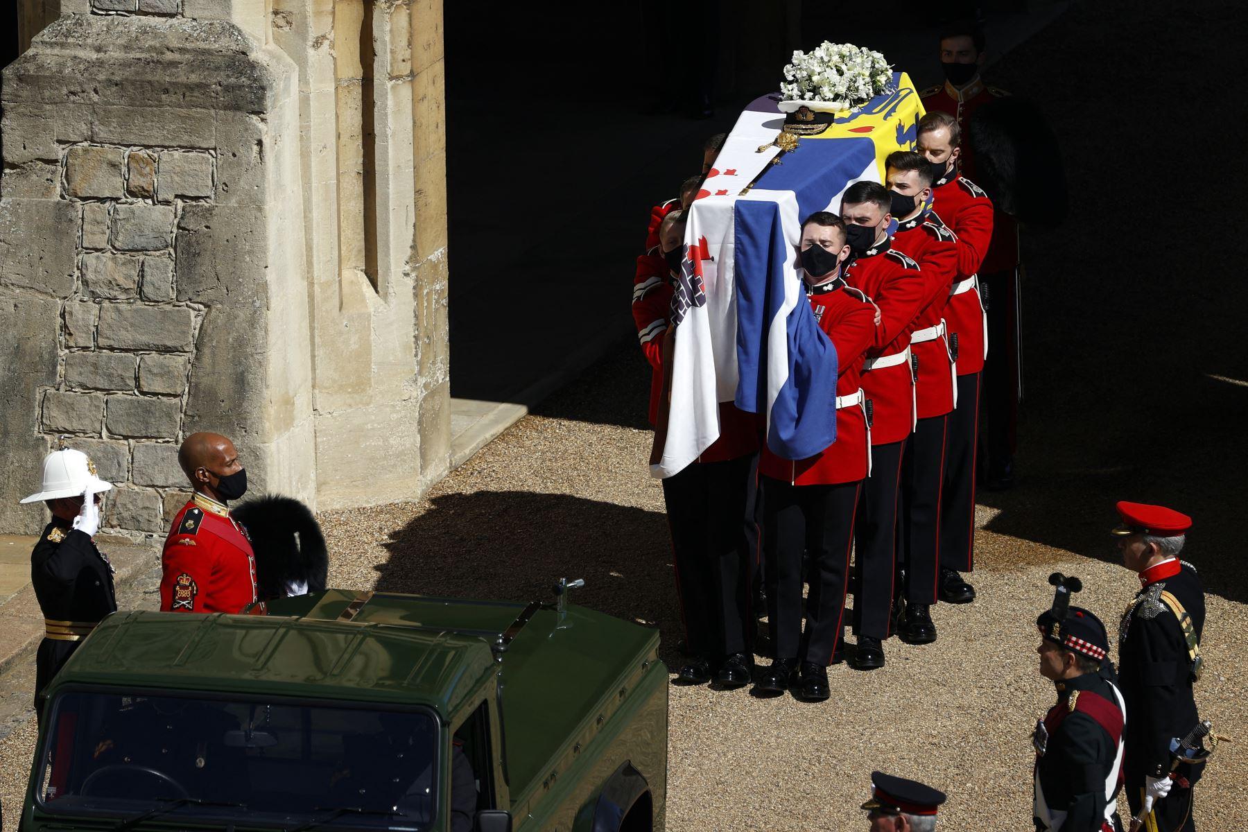 El ataúd del príncipe Felipe de Gran Bretaña, duque de Edimburgo, se coloca en un Land Rover Defender modificado en el cuadrilátero antes de la procesión fúnebre ceremonial a la Capilla de San Jorge en el Castillo de Windsor. Foto:AFP