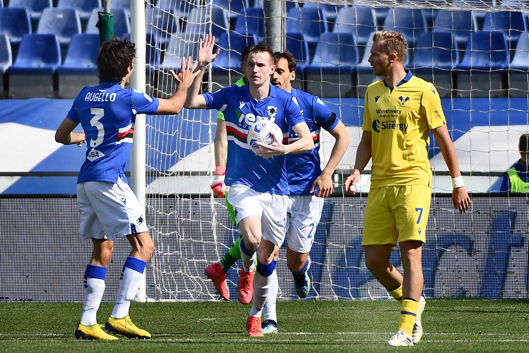 Jakub Jankto de la Sampdoria celebra con sus compañeros tras marcar el 1-1 en el partido de fútbol de la Serie A italiana entre UC Sampdoria vs Hellas Verona FC. Foto : EFE