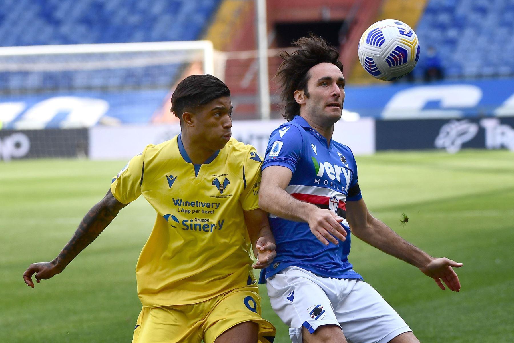 Tommaso Augello de Sampdoria y Eddie Salcedo de Verona en acción durante el partido de fútbol de la Serie A italiana entre UC Sampdoria vs Hellas Verona FC. Foto: EFE