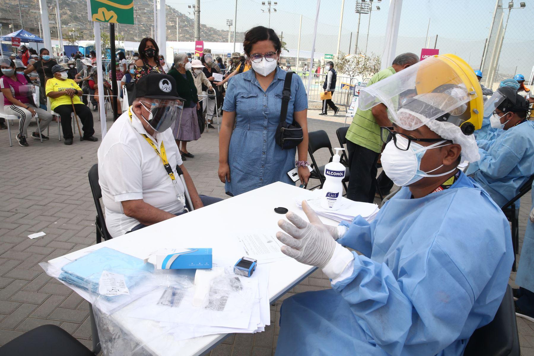 El Ministerio de Salud continua vacunación contra el covid- 19 en el Complejo deportivo de Villa María del Triunfo, donde los adultos mayores de San Juan de Miraflores y Villa María del Triunfo  podrán ser llevados en autos particulares, taxis o mototaxis para ser inmunizados. Foto: ANDINA / Vidal Tarqui