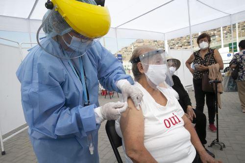 El Ministerio de Salud continua vacunación contra el covid- 19 en el Complejo deportivo de Villa María del Triunfo