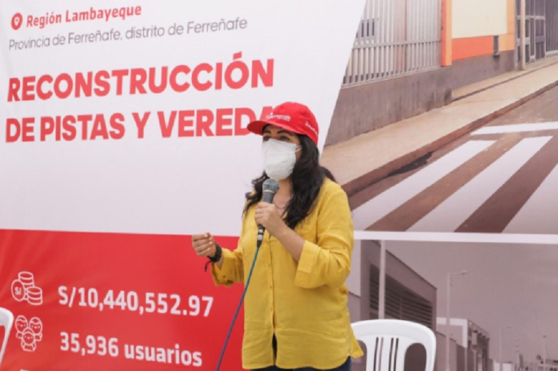 """La directora ejecutiva de la Autoridad para la Reconstrucción con Cambios (ARCC), Amalia Moreno Vizcardo, inauguró en la región Lambayeque, la obra """"Mejoramiento de pistas y veredas en el cercado urbano y unidades vecinales de la ciudad de Ferreñafe"""" que contribuirá a una fluida transitabilidad peatonal y vehicular, lo que beneficiará a más de 35,936 habitantes."""