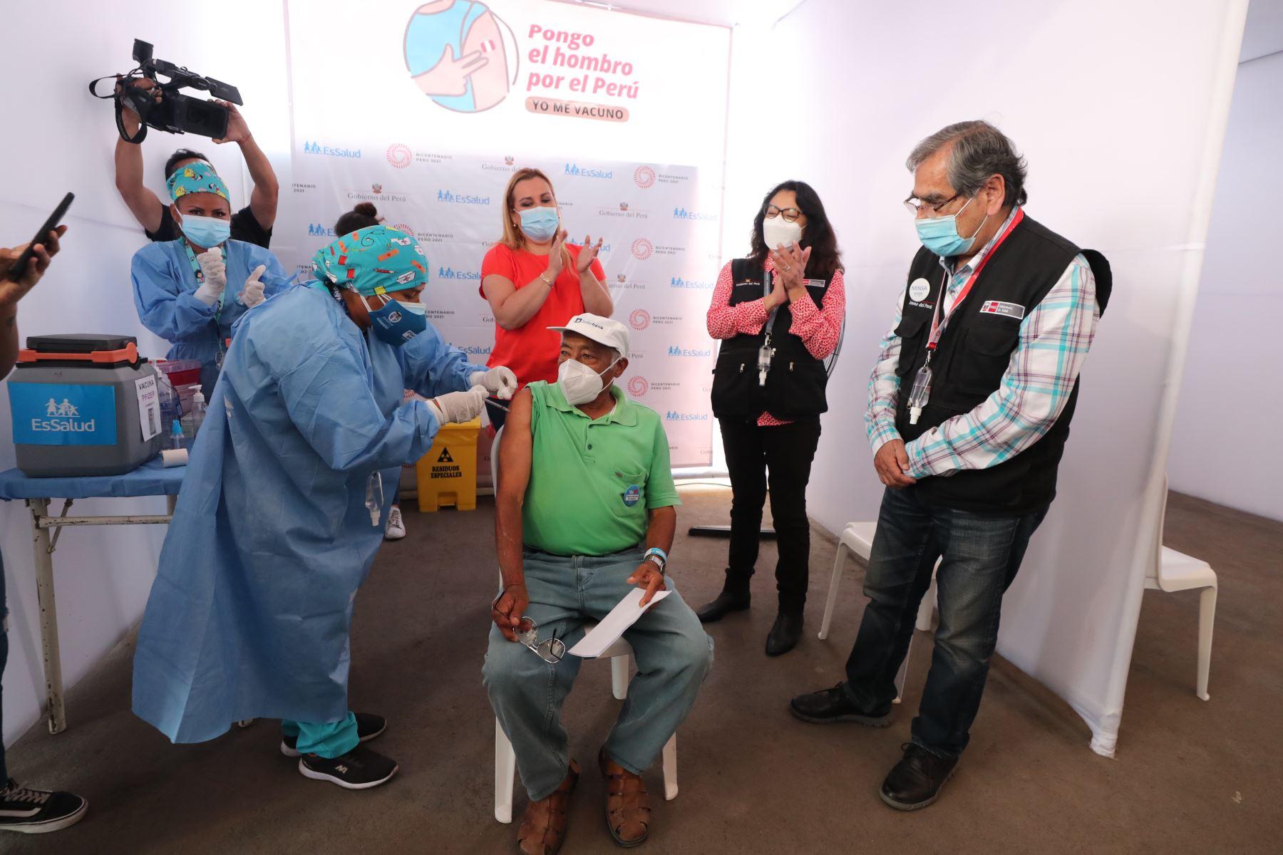 La presidenta del Consejo de Ministros, Violeta Bermúdez  y el ministro  de  Salud supervisan el proceso de inmunización de adultos mayores de 80 años en el Campo de Marte, como parte de la nueva estrategia de vacunación con enfoque territorial.  Foto: PCM