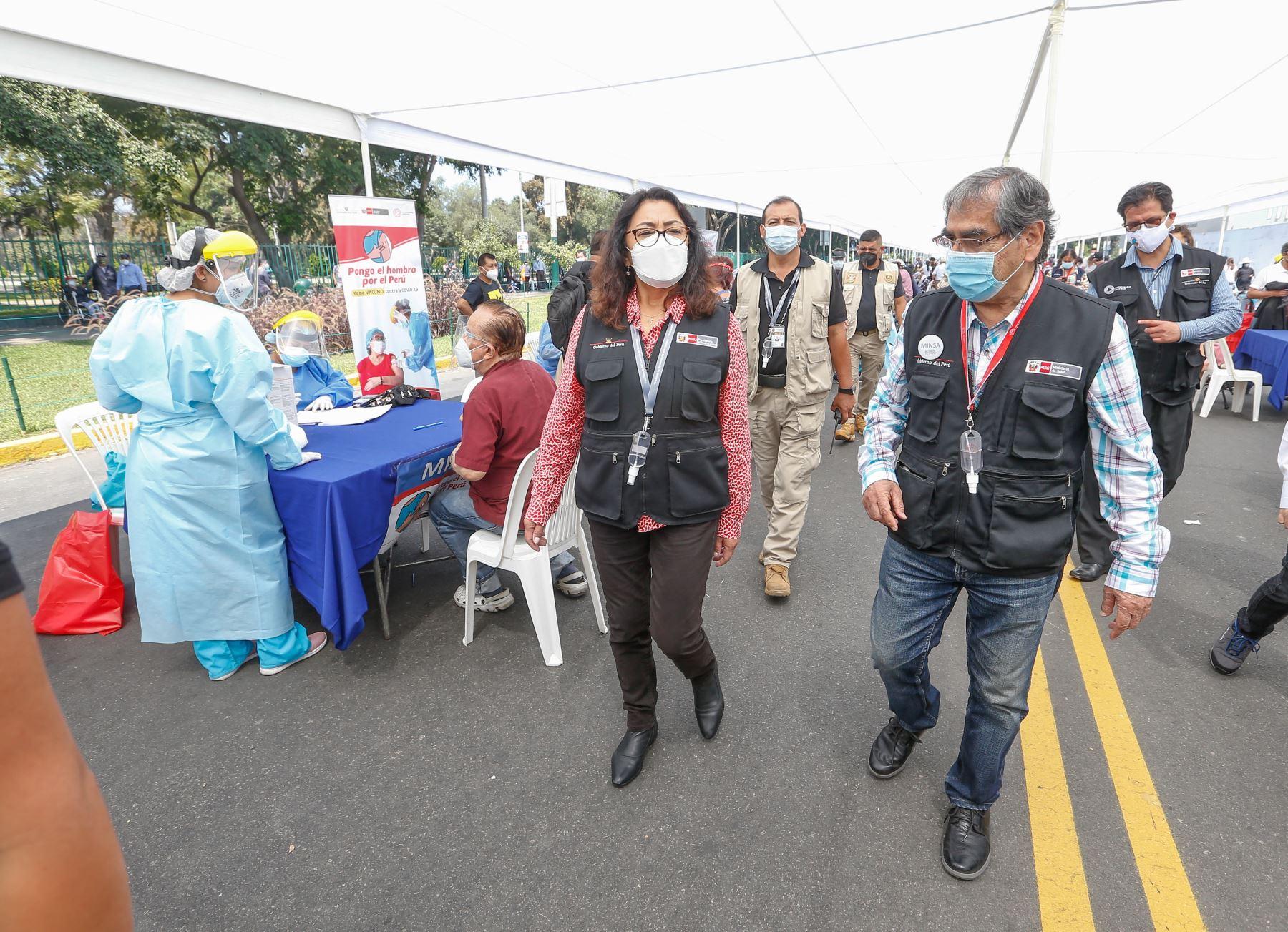 La presidenta del Consejo de Ministros, Violeta Bermúdez  y el ministro  de  Salud supervisan el proceso de inmunización de adultos mayores de 80 años en el Parque de las Leyendas , como parte de la nueva estrategia de vacunación con enfoque territorial.  Foto: PCM