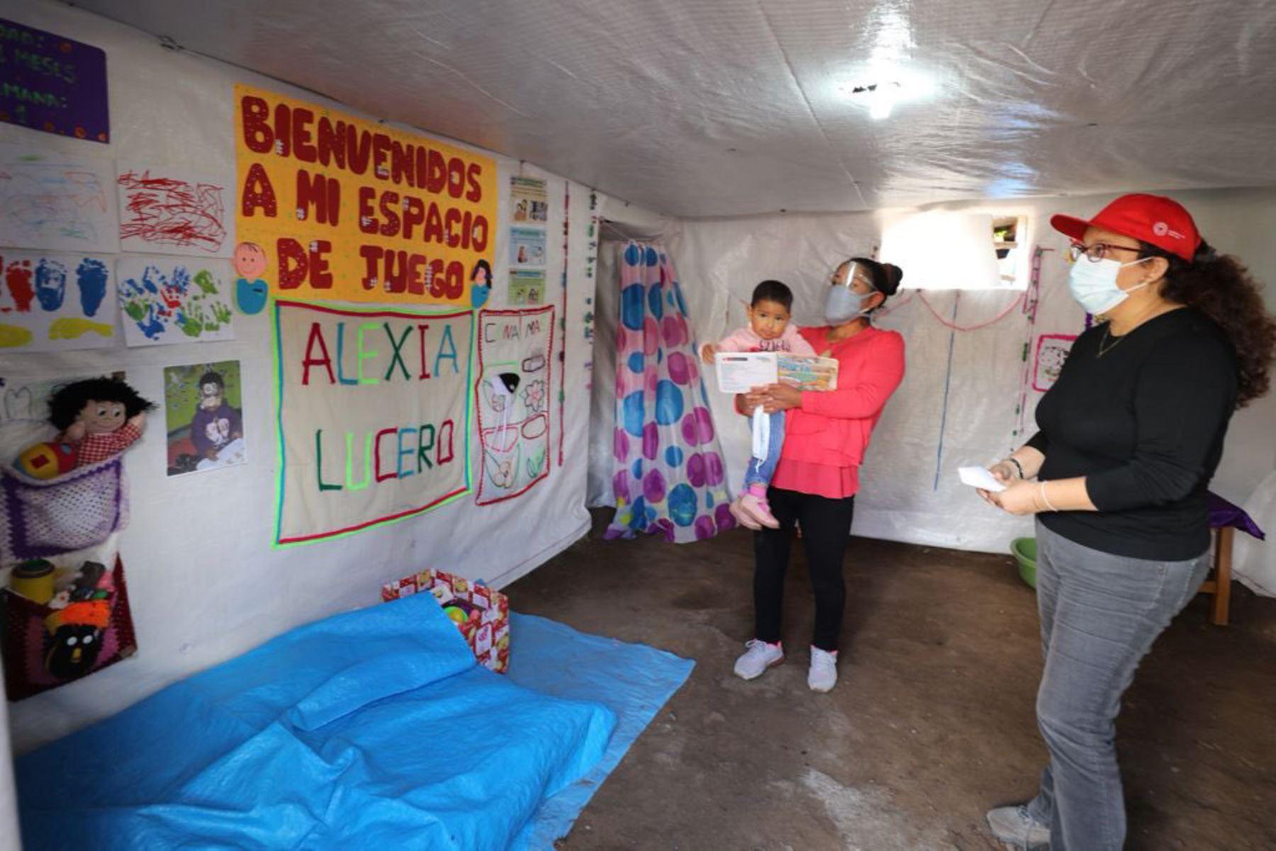 Ministra de Desarrollo e Inclusión Social, Silvana Vargas  supervisa  entrega de kit de higiene y protección en Chincheros, Apurímac como parte del Servicio de Acompañamiento a Familias  de Cuna Más. Foto: Midis