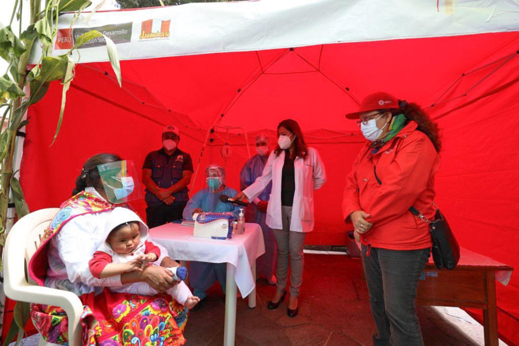 Ministra de Desarrollo e Inclusión Social, Silvana Vargas supervisa el trabajo articulado del programa Cuna Más y el ministerio de Salud  para promover acceso servicios priorizados. Foto : Midis