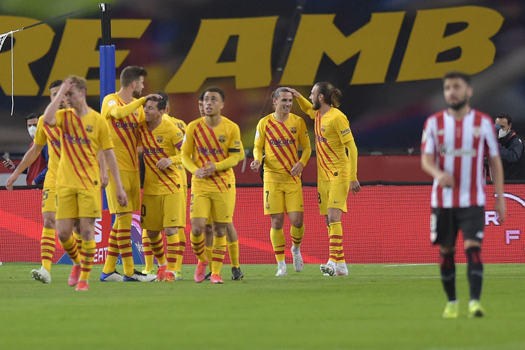 Los jugadores del Barcelona celebran tras marcar un gol durante la final de la Copa del Rey de España entre el Athletic Club de Bilbao y el FC Barcelona en el estadio de La Cartuja de Sevilla. Foto: AFP