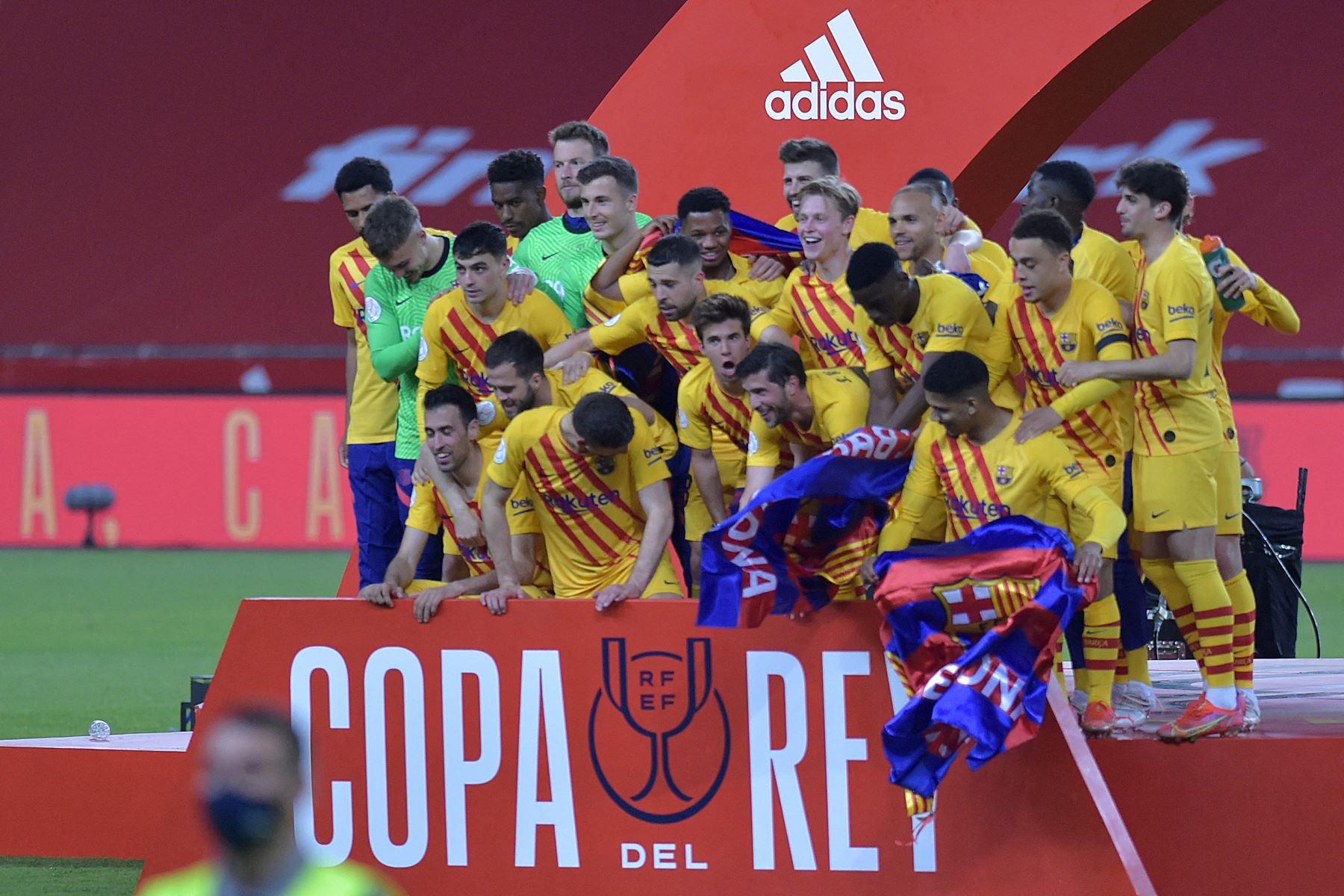 Los jugadores del Barcelona celebran la final de la Copa del Rey de España entre el Athletic Club de Bilbao y el FC Barcelona en el estadio de La Cartuja de Sevilla. Foto: AFP
