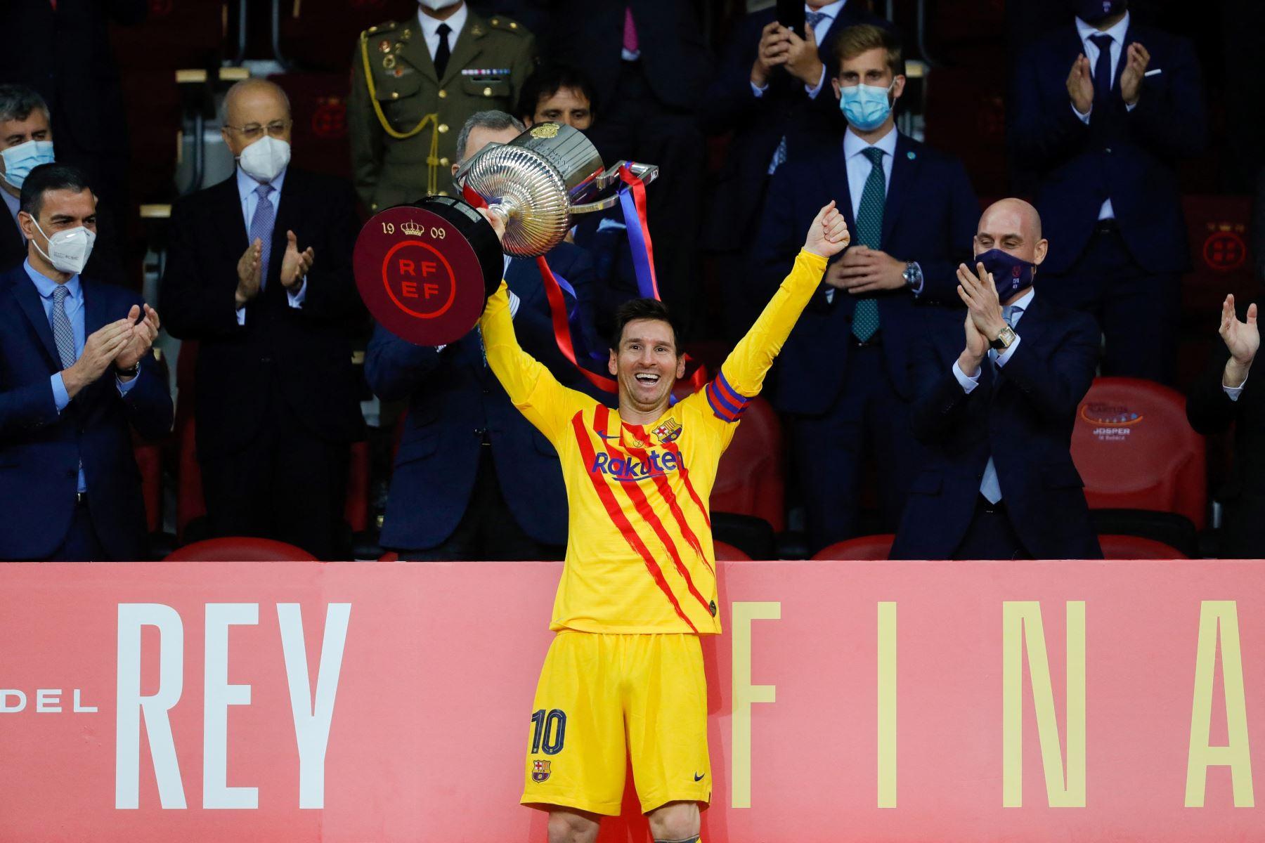 Una imagen publicada por la Federación Española de Fútbol (RFEF) muestra al delantero argentino del Barcelona Lionel Messi celebrando con el trofeo al final de la final de la Copa del Rey de España entre el Athletic Club de Bilbao y el FC Barcelona en el estadio de La Cartuja en Sevilla. Foto: AFP