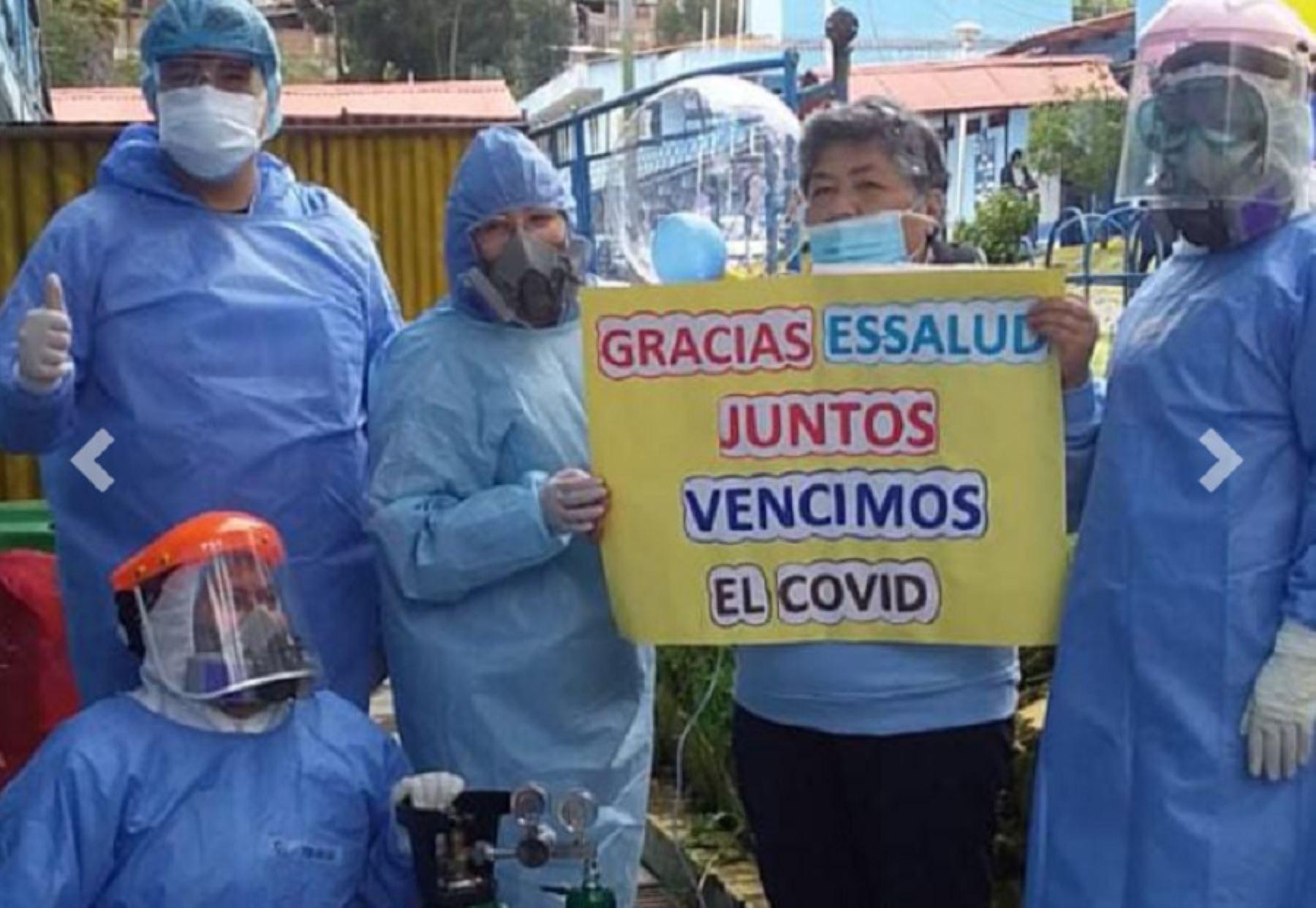 Victoria Cadillo Méndez, de 52 años de edad, venció al covid-19 luego de permanecer 46 días hospitalizados en el Hospital II- Huaraz, donde fue salvada gracias a la buena atención de los médicos del nosocomio.