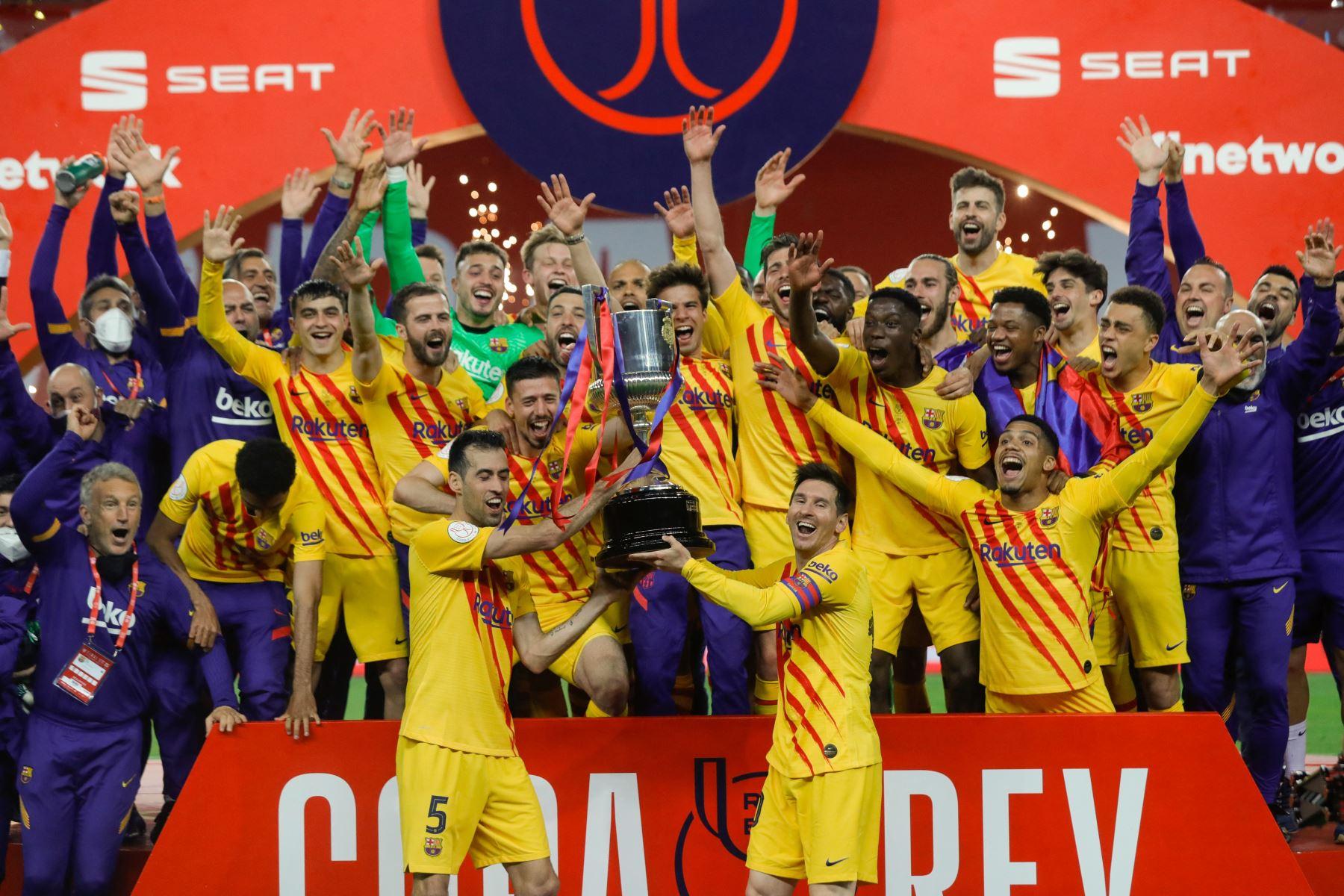 Los jugadores del Barcelona celebrando con el trofeo al final de la final de la Copa del Rey de España entre el Athletic Club de Bilbao y el FC Barcelona en el estadio de La Cartuja de Sevilla. Foto: AFP